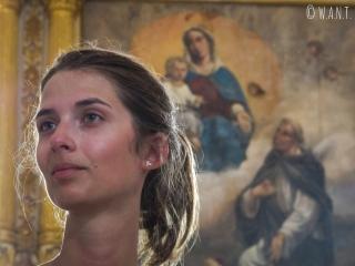 Marion devant un autel à l'intérieur de Sainte Catherine d'Alexandrie