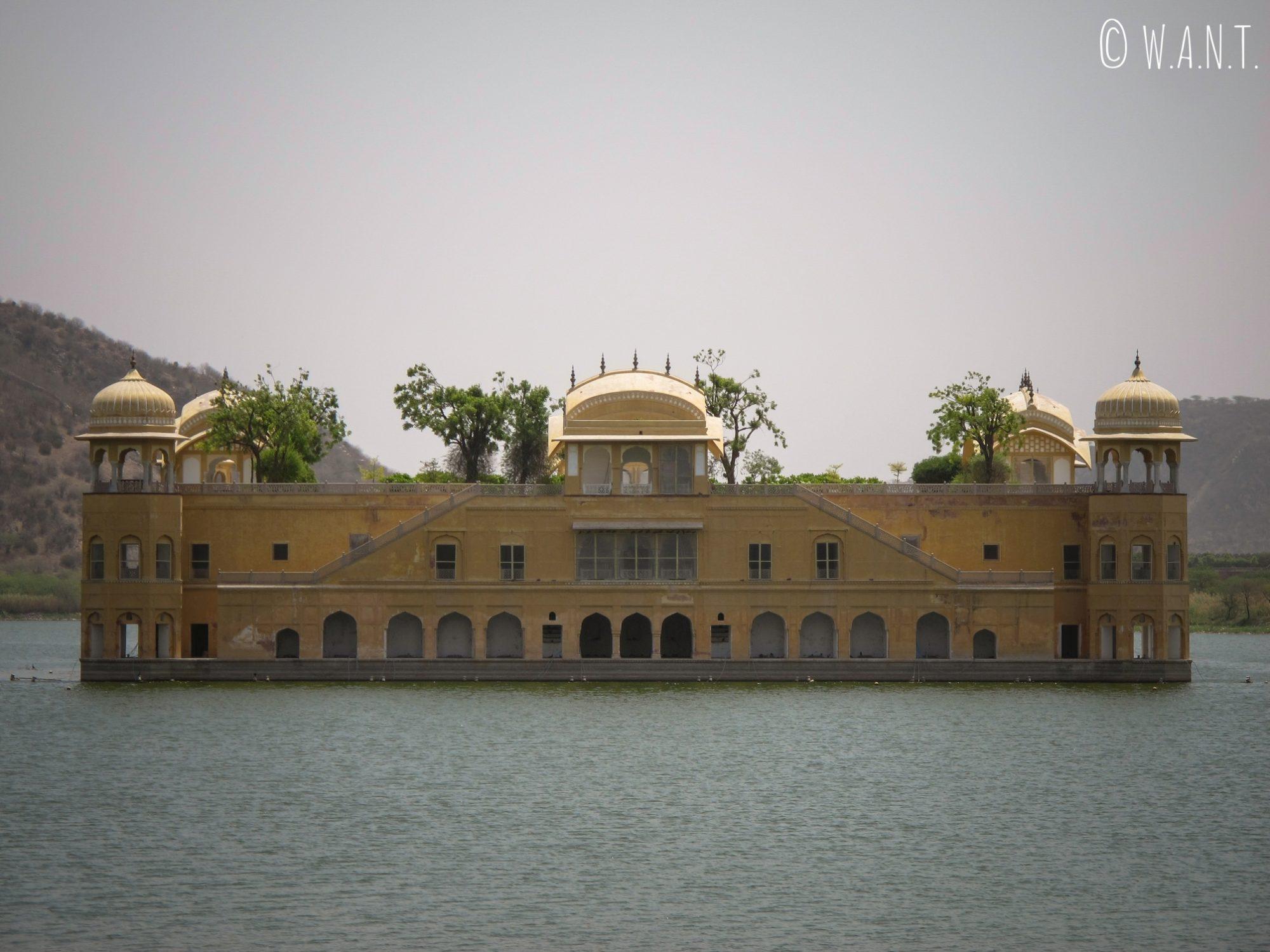 Jal Mahal ou Water Palace depuis la rue qui borde le lac à Jaipur
