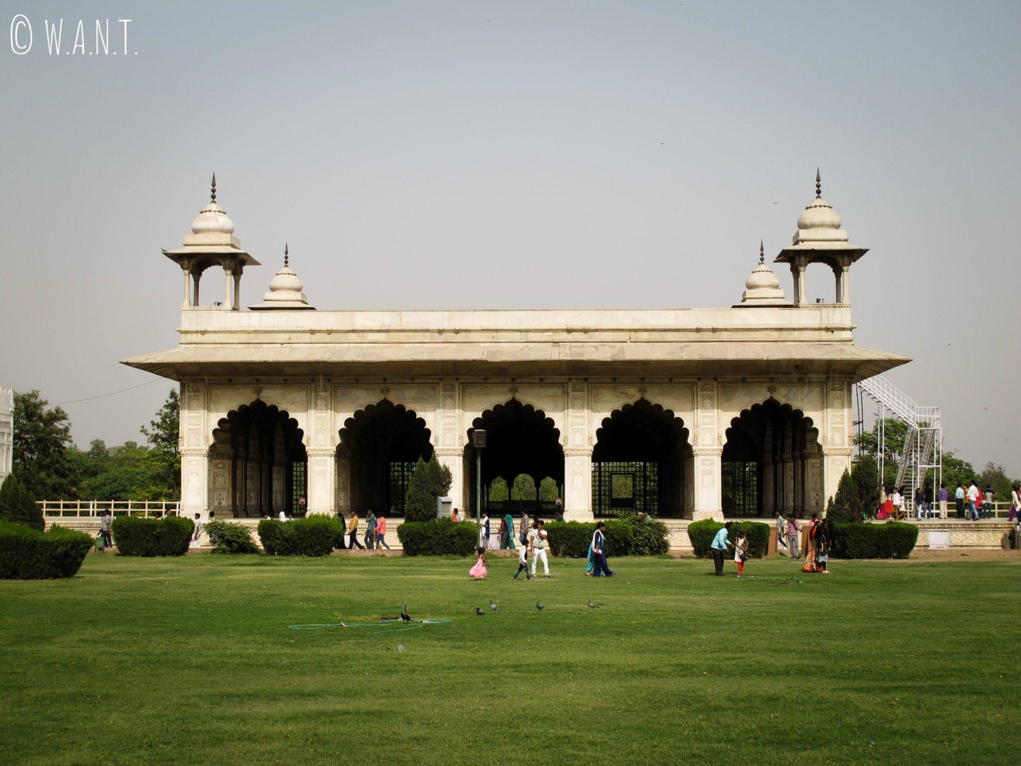 Jardins et bâtisses dans l'enceinte du Fort Rouge de Delhi