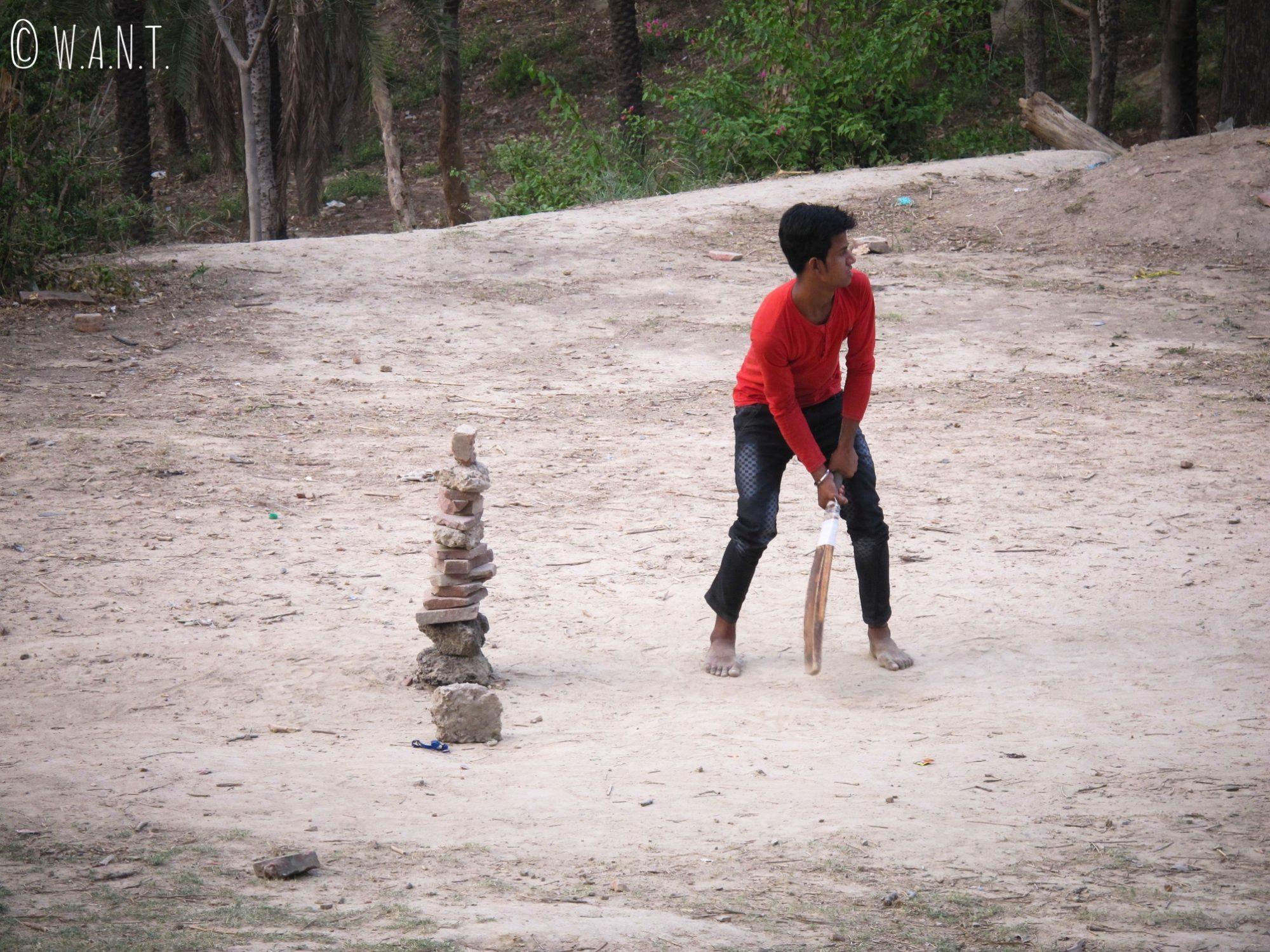 Joueur de cricket dans le parc Shahjahan à Agra