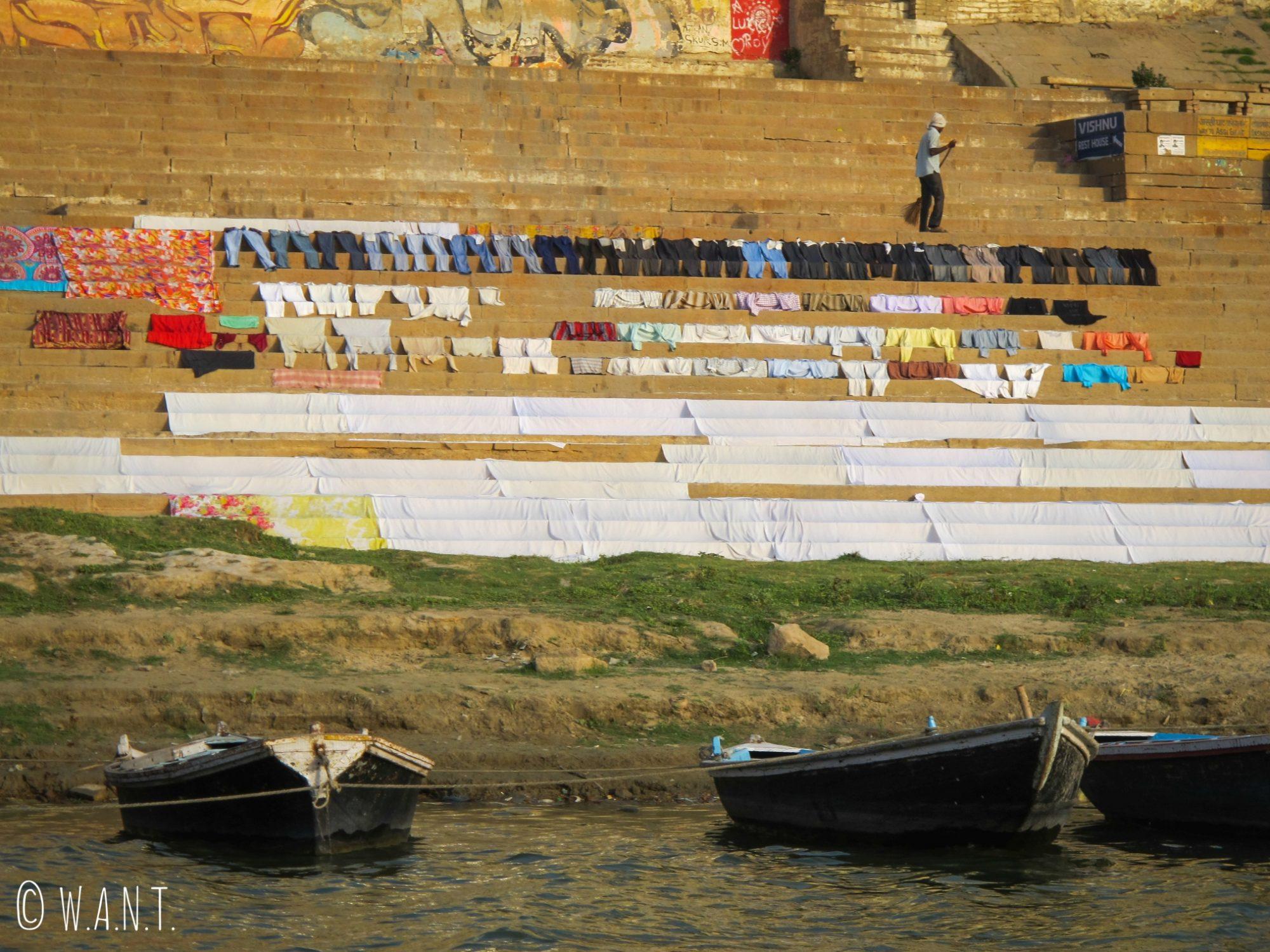 La lessive est l'une des activités qui rythme la journée du Gange. Le linge est ensuite disposé sur les Ghats afin de sécher au soleil