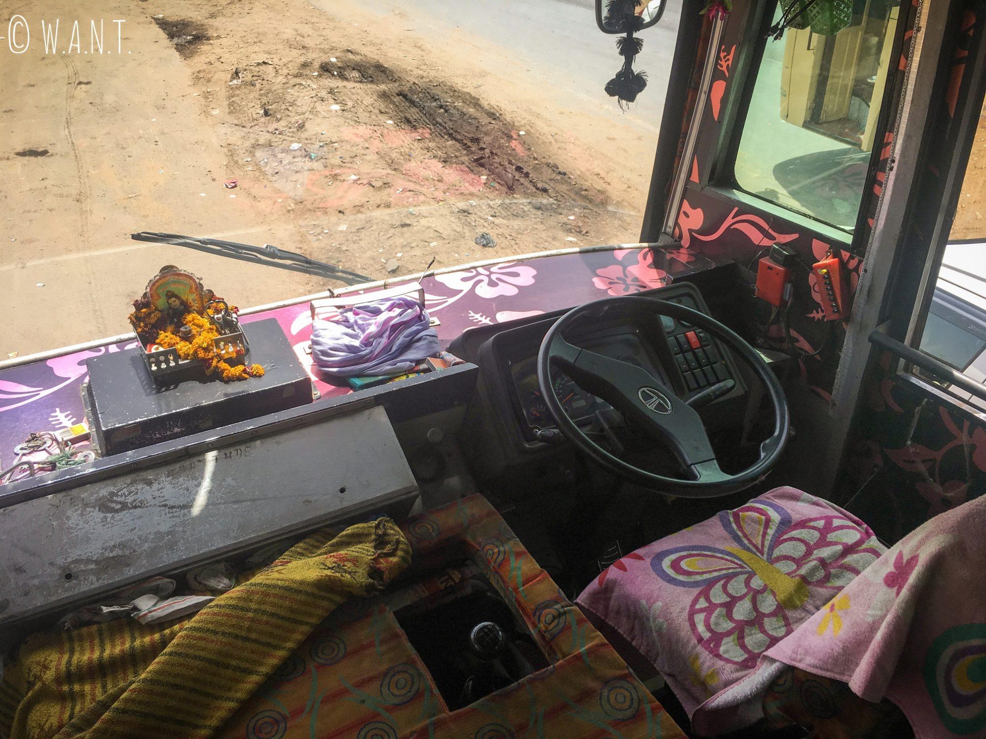 La place de notre conducteur de bus de Jaipur à Agra