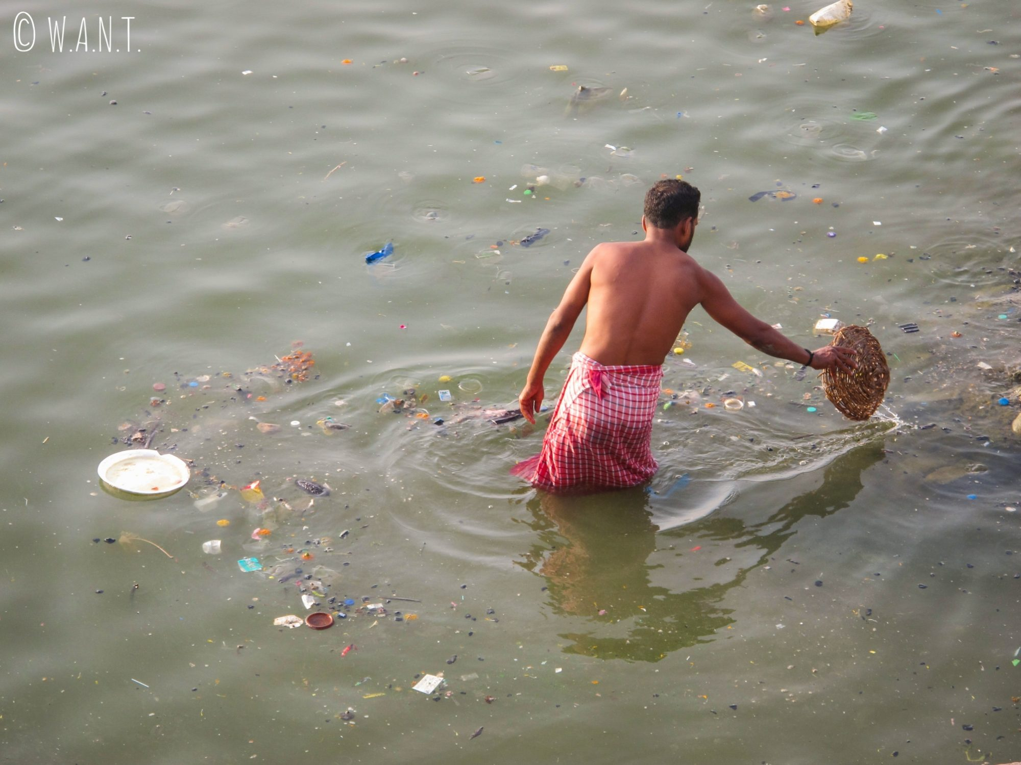 La pollution du Gange est assez incroyable et explique que Benjamin n'ait pas finalement pas souhaité s'y plonger !