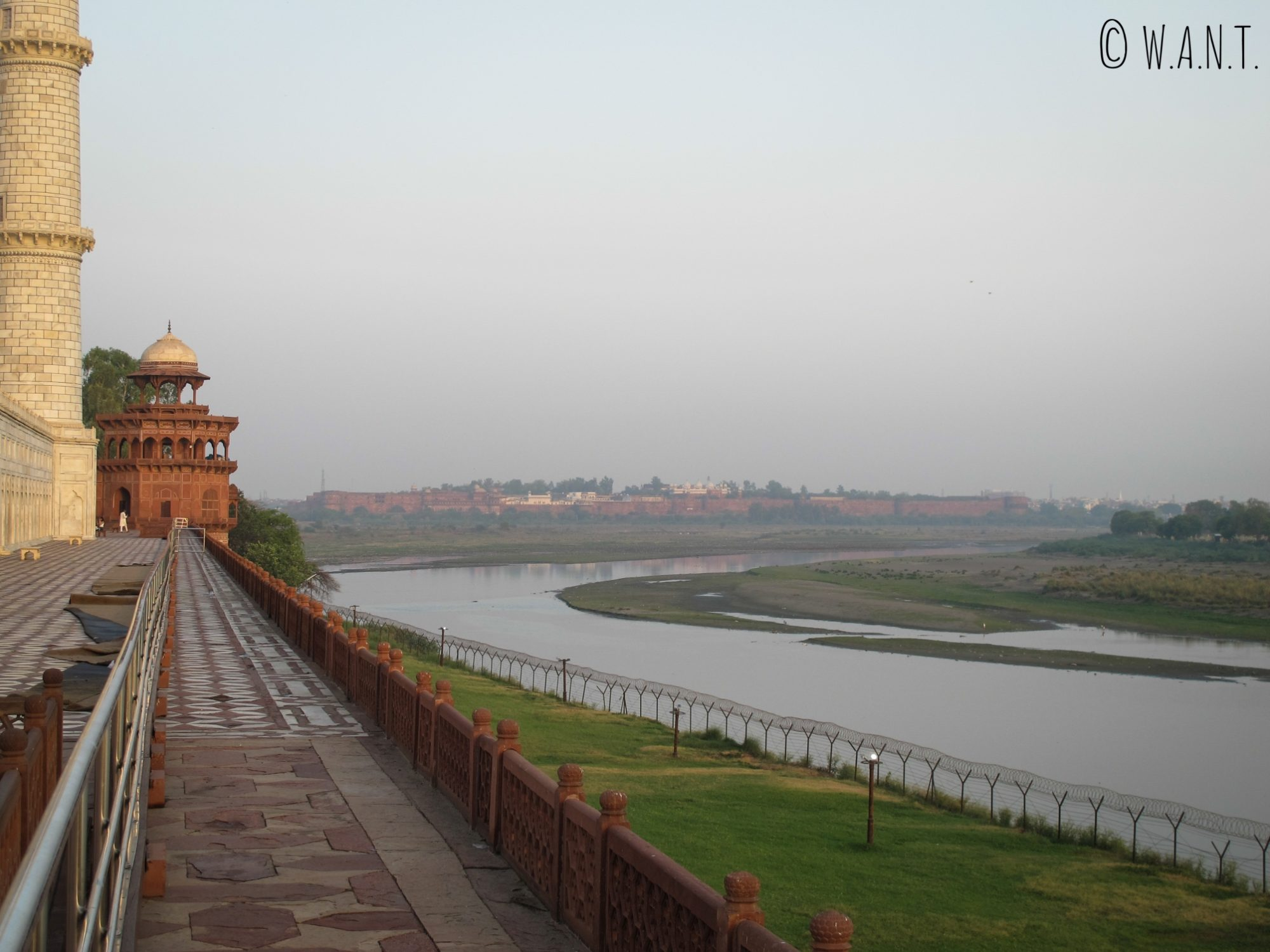 La rivière Yamuna borde la façade nord du Taj Mahal