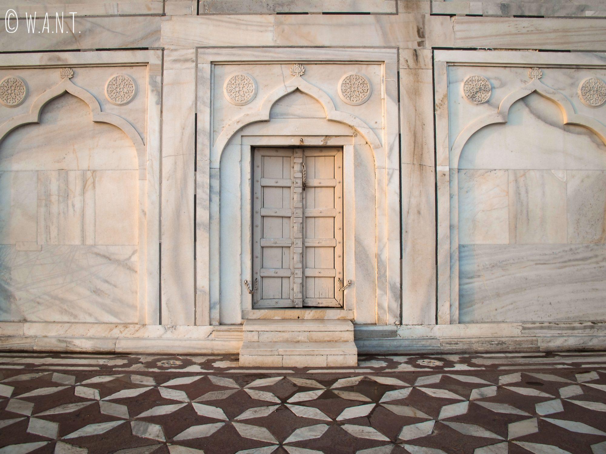 La taille de cette porte d'entrée au pied du Taj Mahal est inversement proportionnelle à celle de l'édifice !