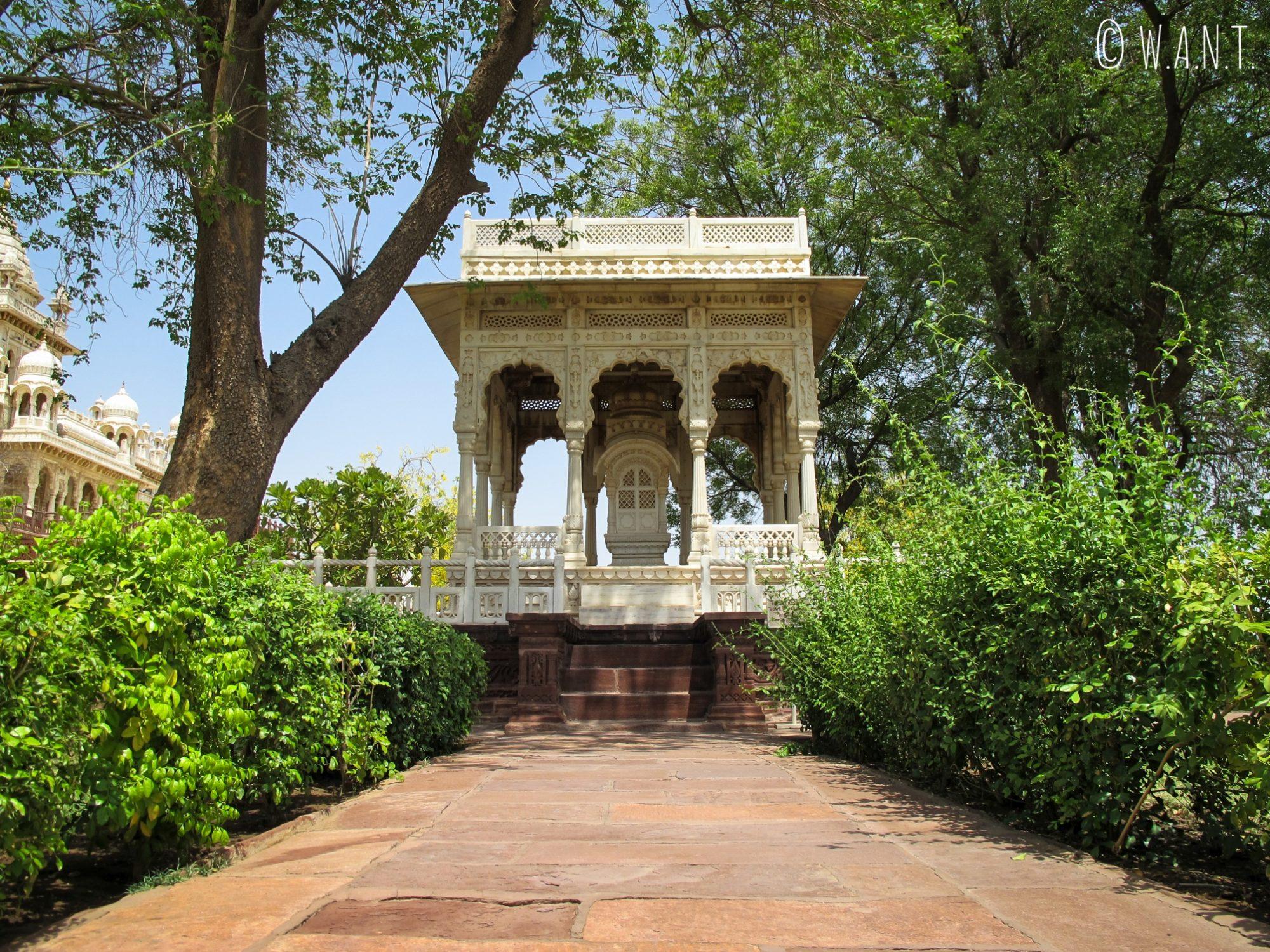 L'architecture des annexes de Jaswant Thada se marie bien avec l'environnement verdoyant
