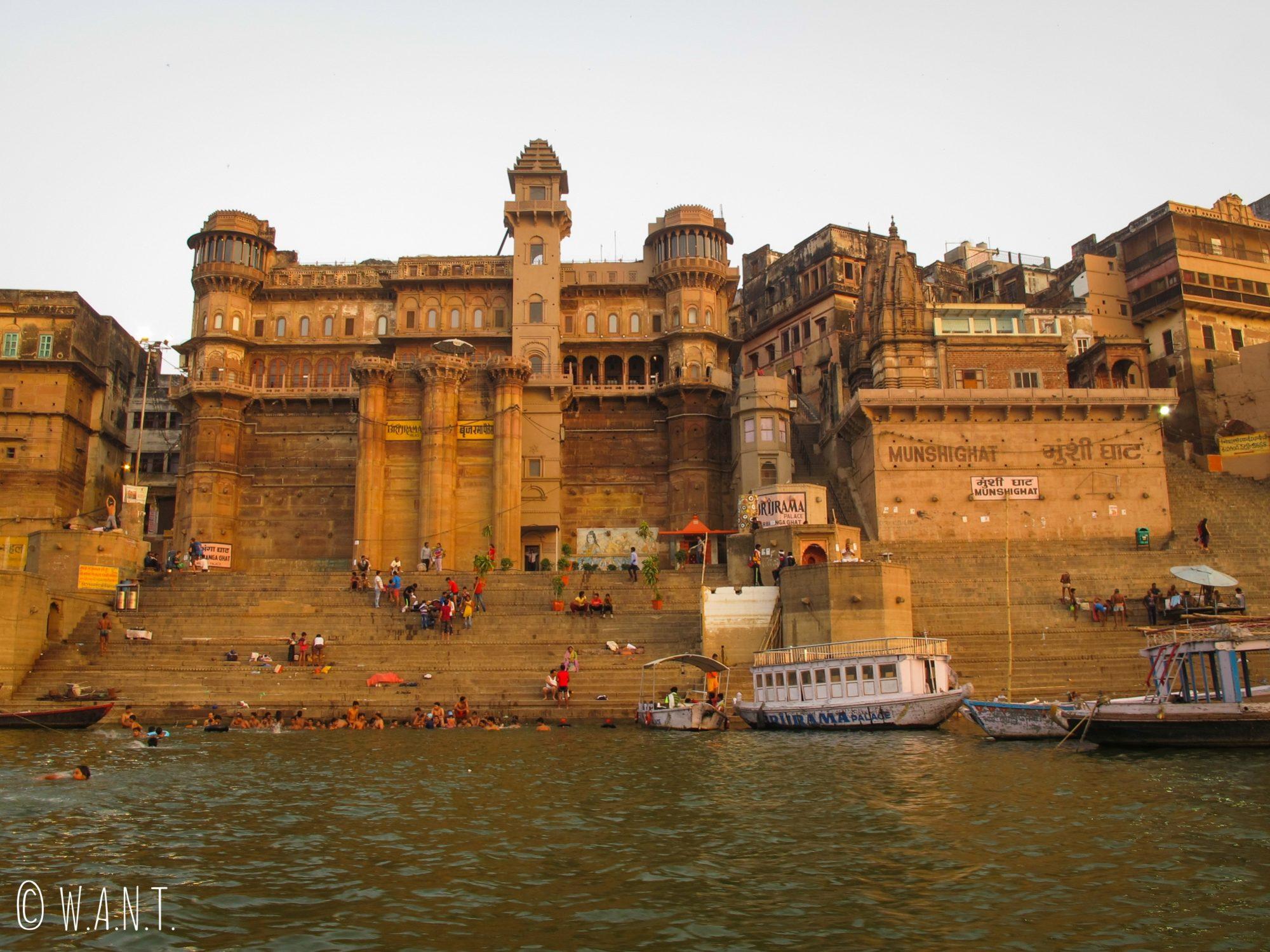 L'architecture du Darbhanga ghat est impressionnante et abrite un palace