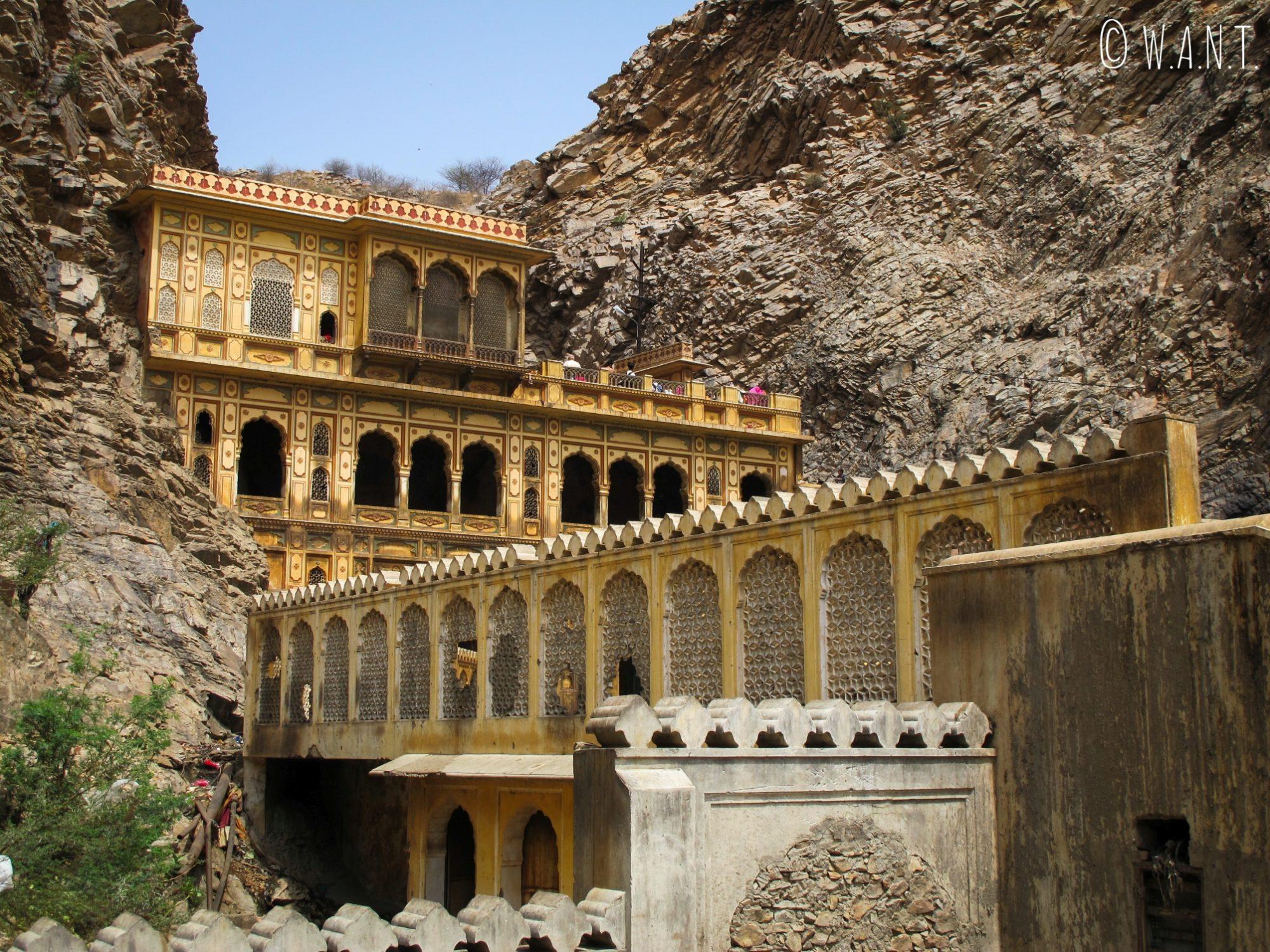 Le Monkey temple de Jaipur est construit à flanc de montagne