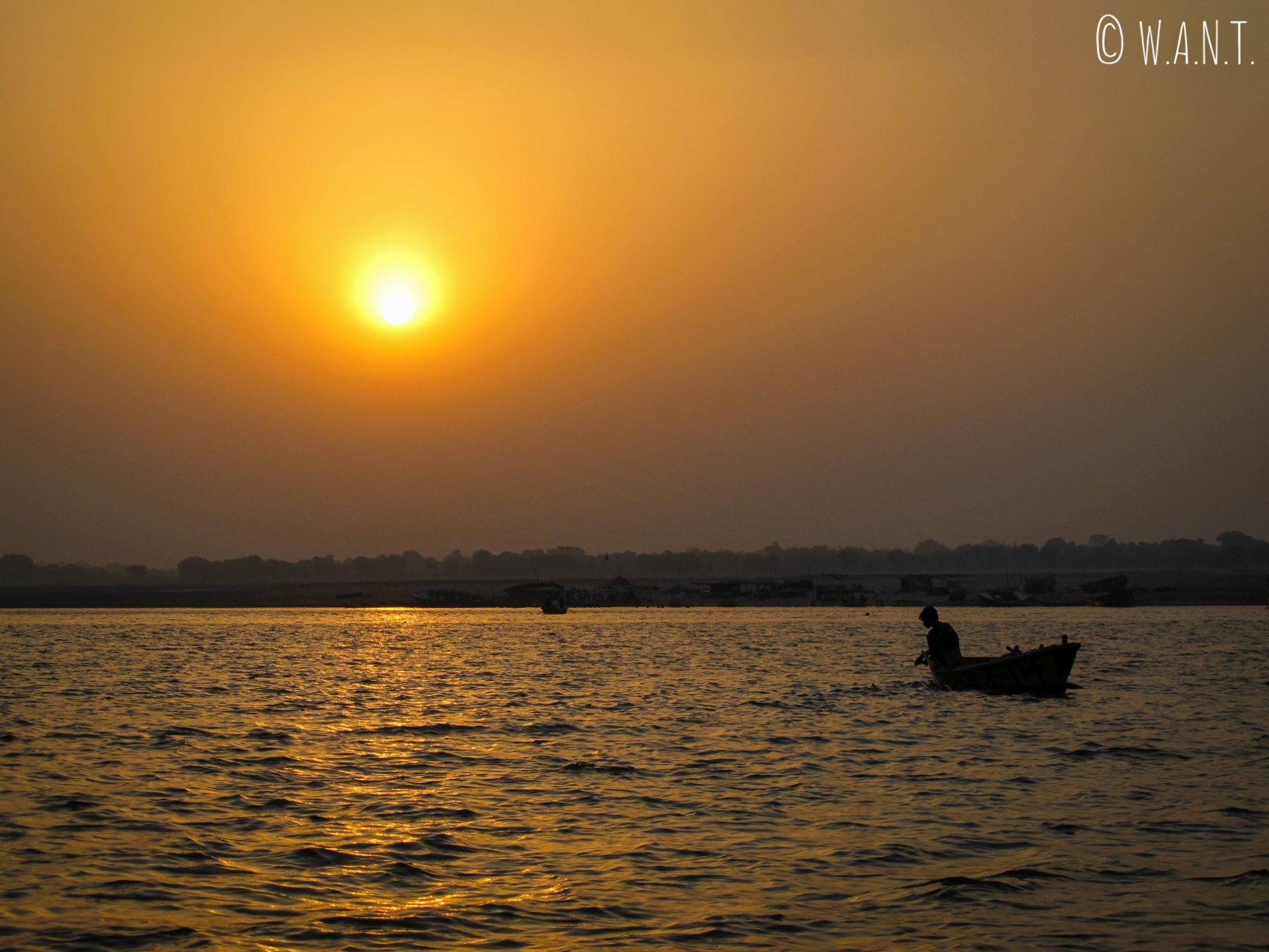 Le lever de soleil sur le Gange est un moment propice à la pêche