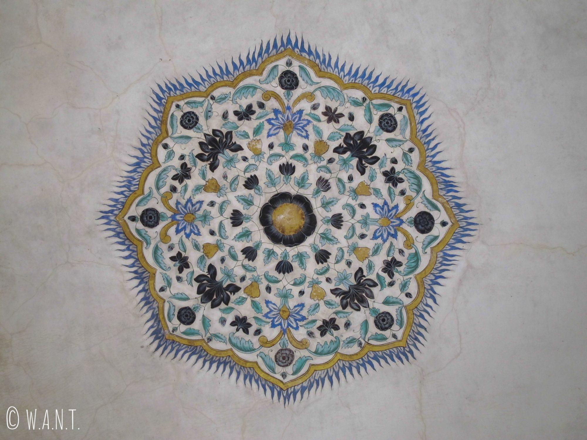 Le marbre est orné de décorations peintes au plafond du Fort d'Amber