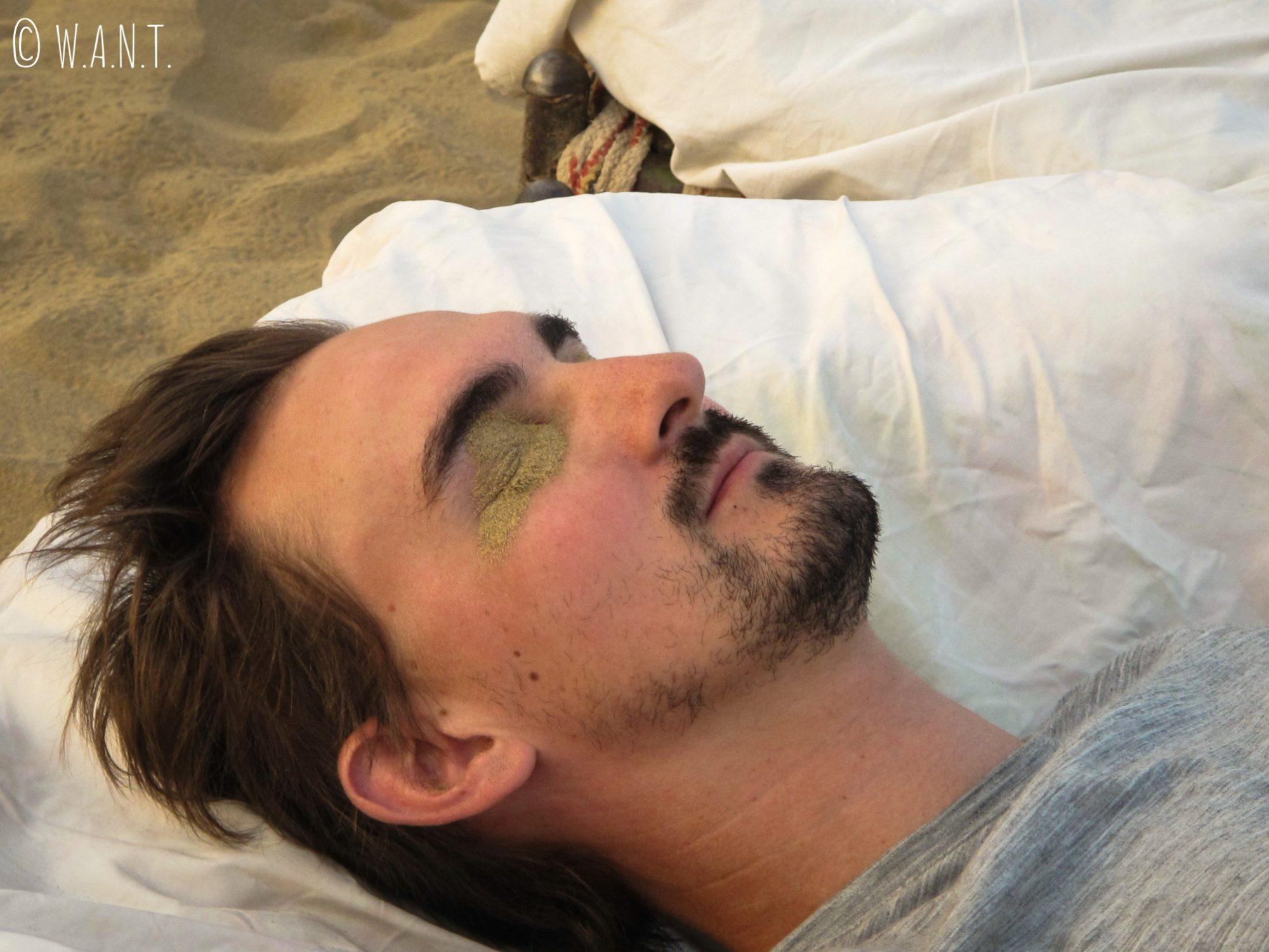 Le marchand de sable n'a pas beaucoup de chemin à parcourir lorsque l'on dort dans le désert !