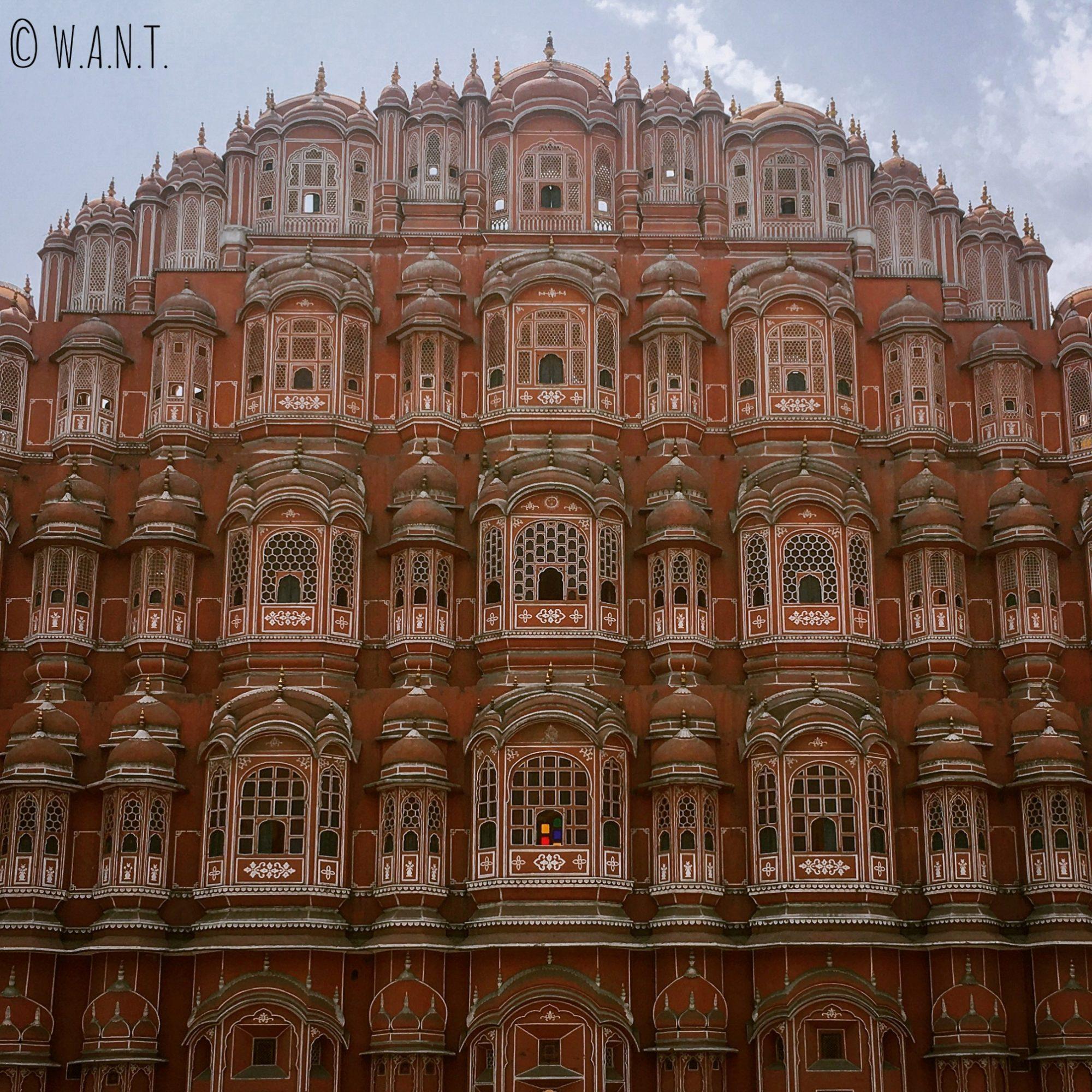 Le palais des vents et ses 152 fenêtres a fier allure dans les rues de Jaipur