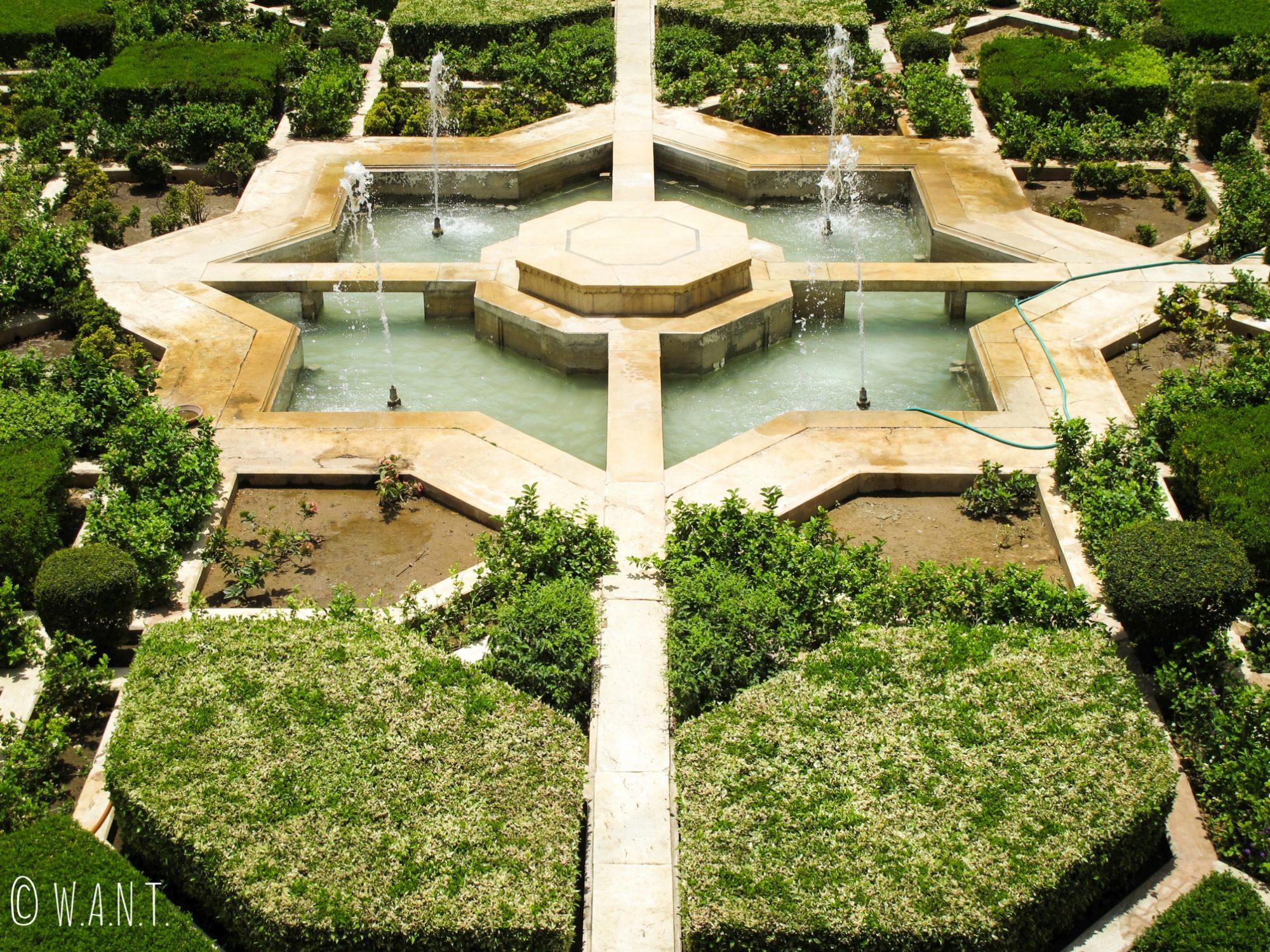 Le patio du fort d'Amber est bien entretenu et la géométrie du bassin ressemble à une fleur