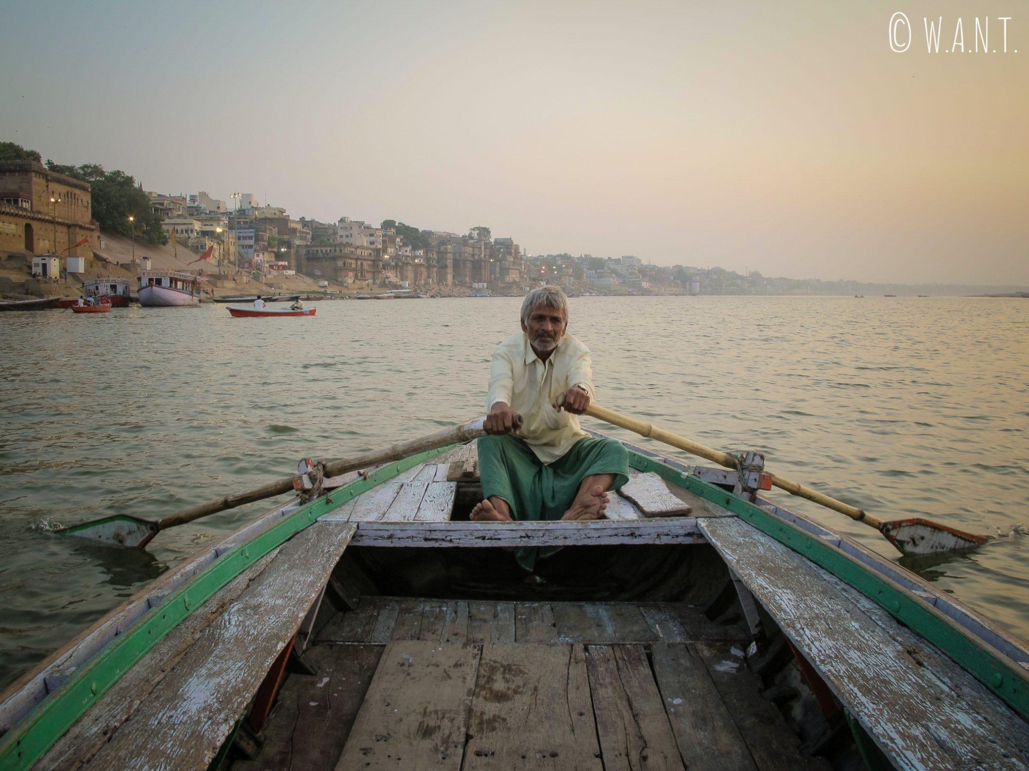 Le pilote de notre barque connaît les Ghats de Varanasi comme sa poche