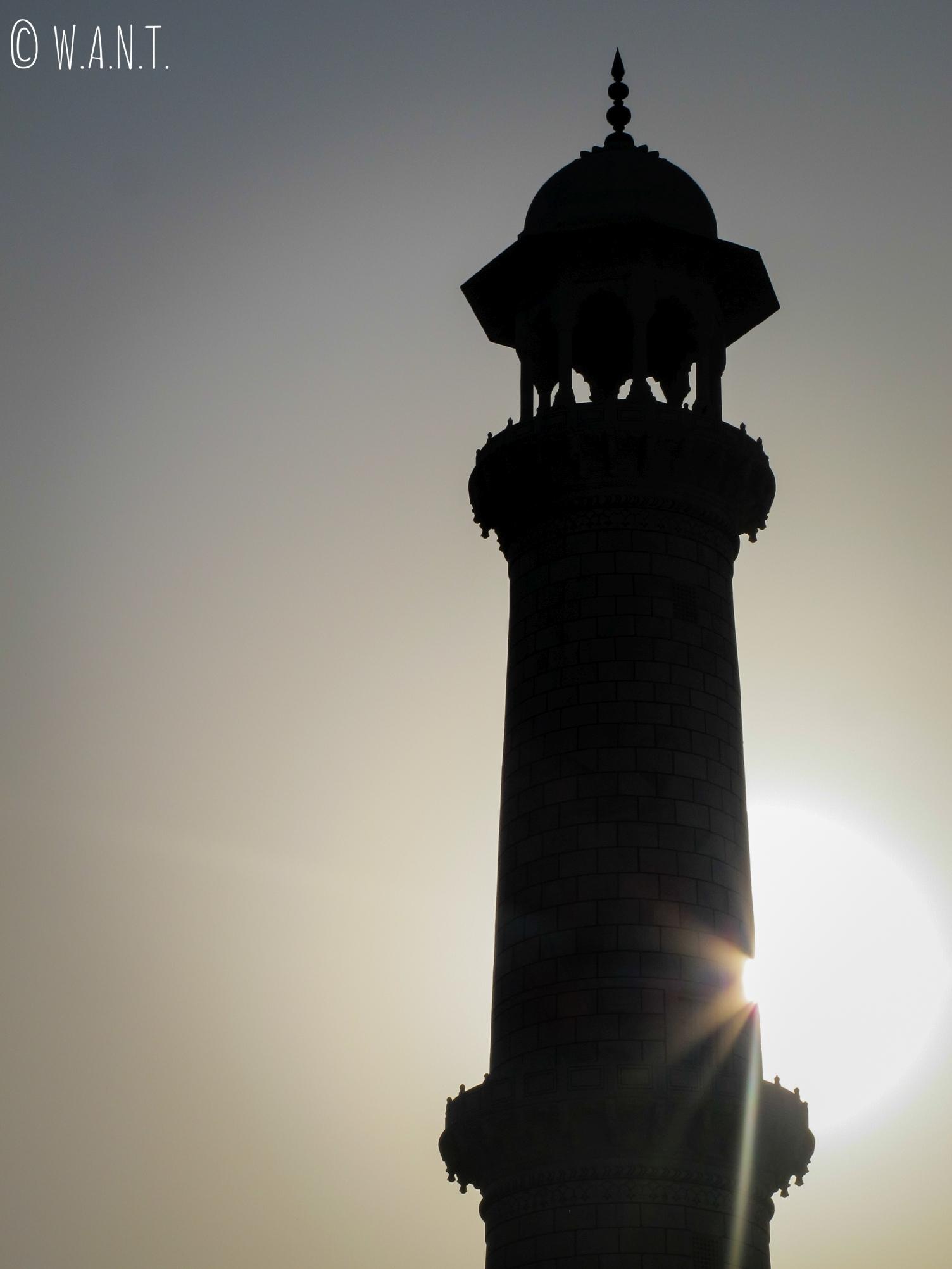 Le soleil se lève derrière l'un des minarets du Tak Mahal