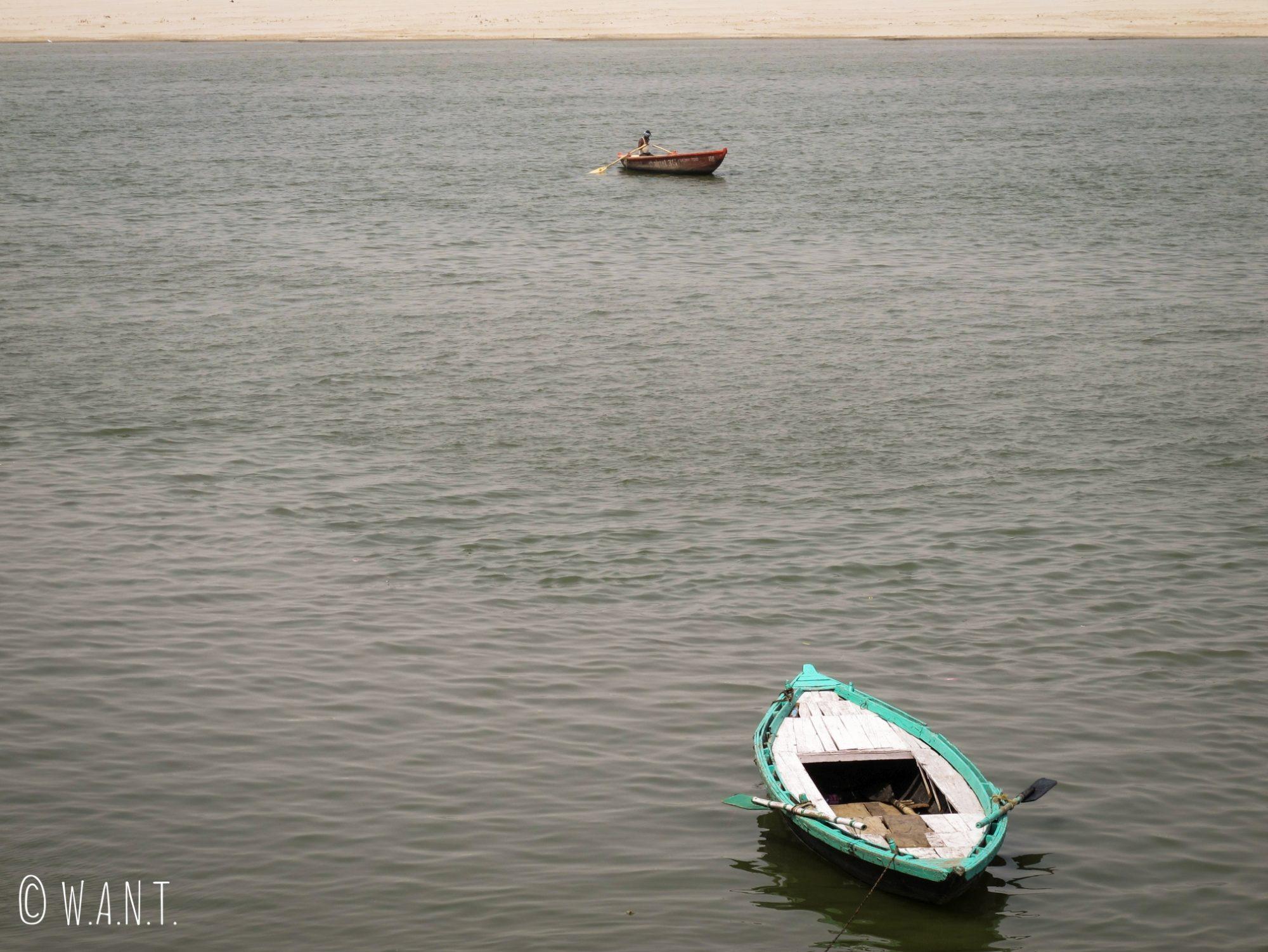Les habitants de Varanasi utilisent leur barque pour se déplacer sur le Gange et y pêcher