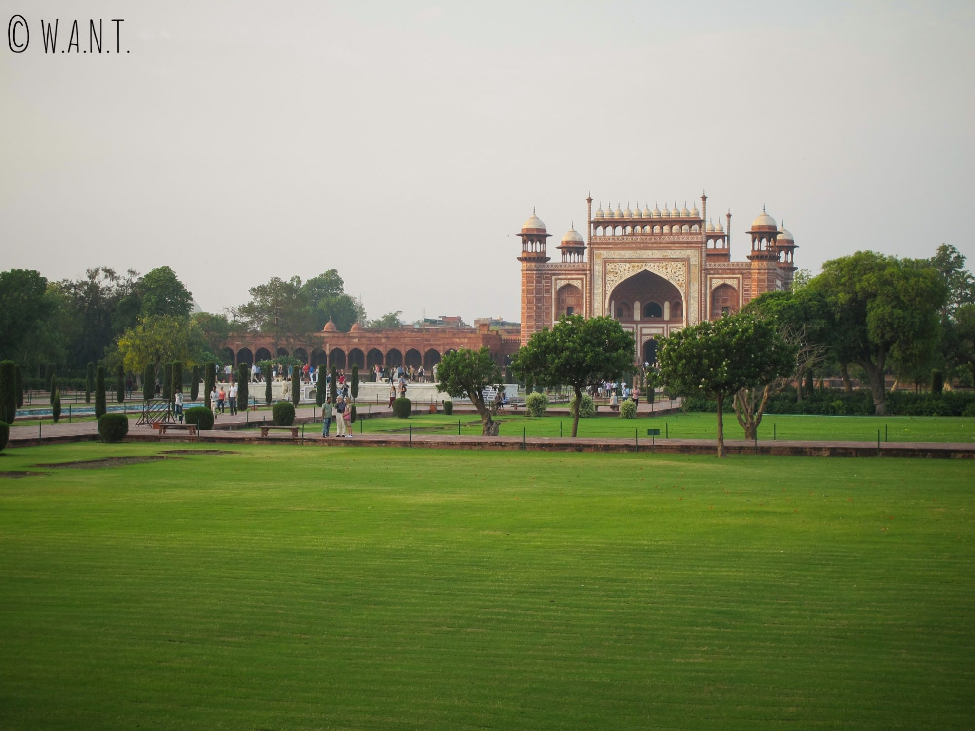 Les jardins du Taj Mahal sont très bien entretenus malgré l'orage de la veille