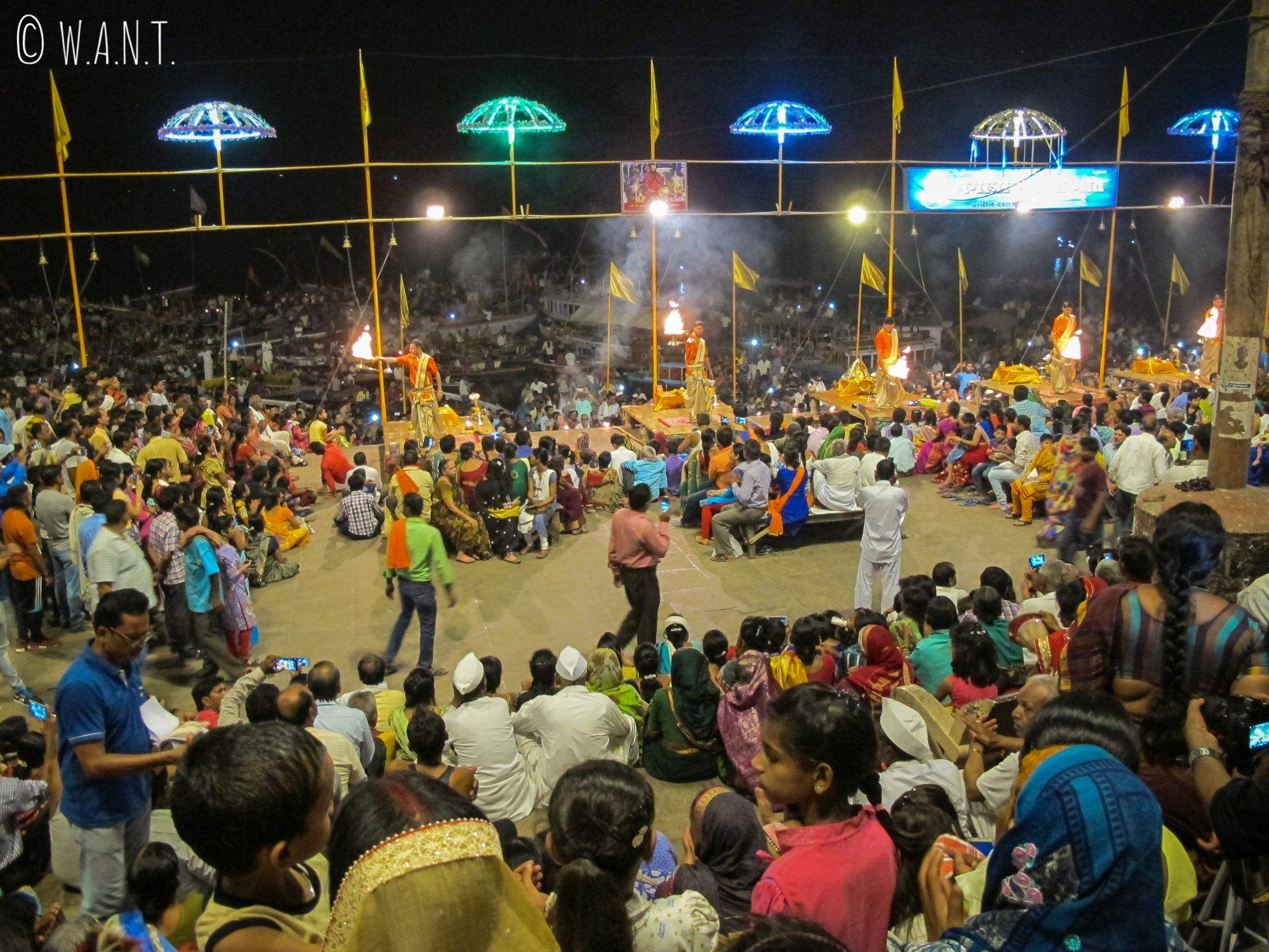 Les locaux se pressent sur le Dashashwamedh ghat pour participer à la cérémonie Ganga aarti