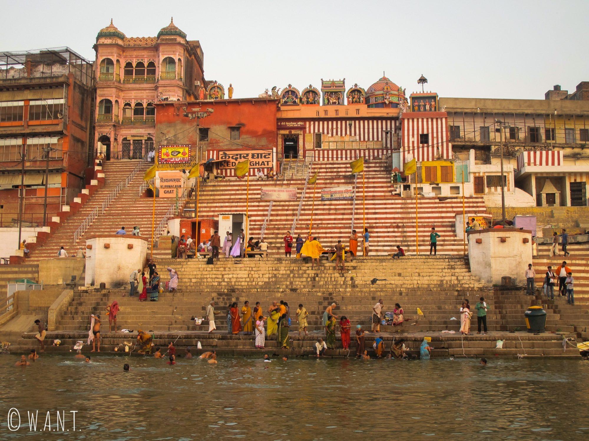 Les marches colorées du Kedar ghat indique la hauteur du Gange en période de mousson