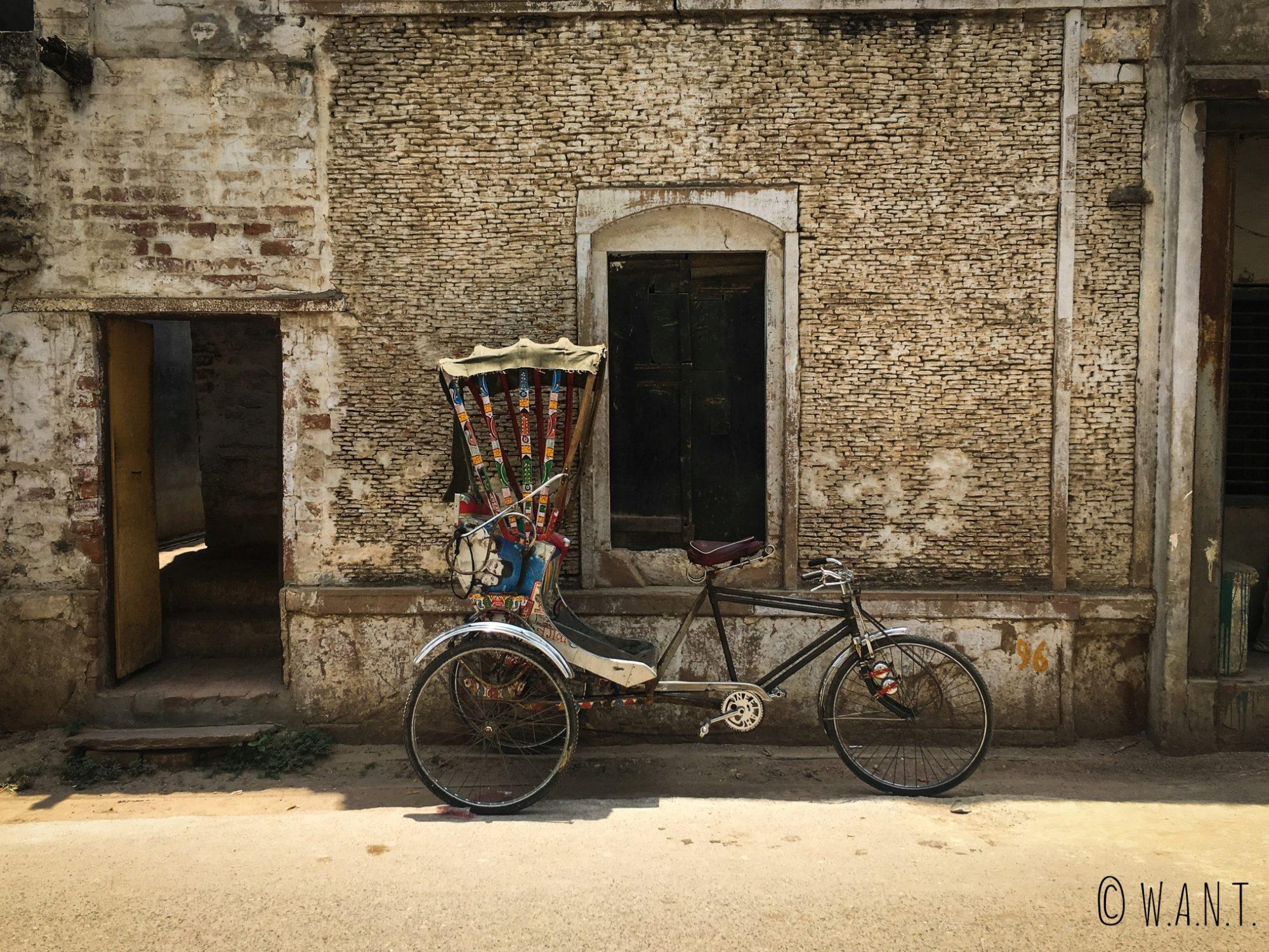 Les rickshaws ont du mal à se frayer un chemin dans les rues étroites des ghats de Varanasi