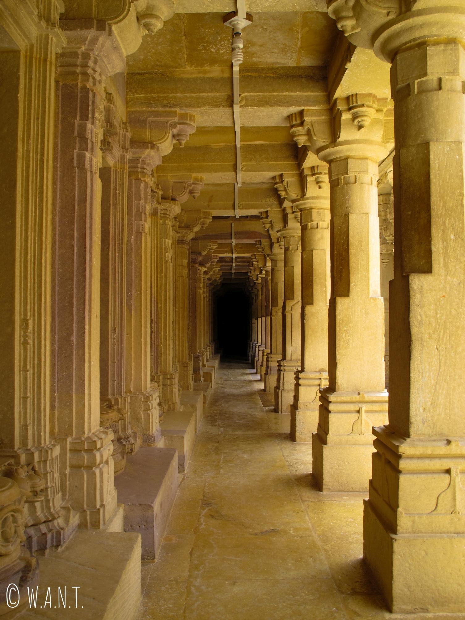 Long corridor dans un temple Jain du fort de Jaisalmer