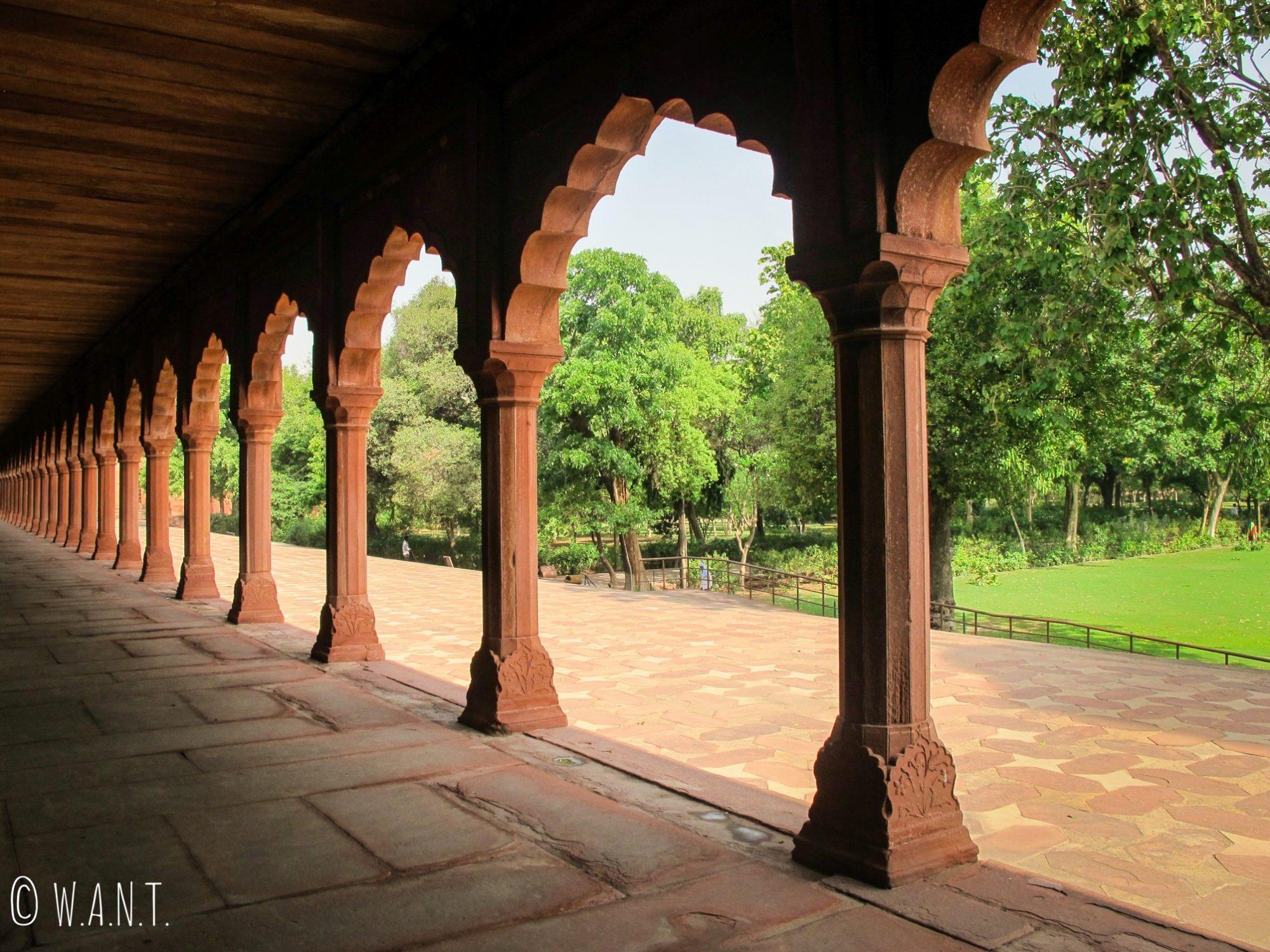 Long corridor proche de l'entrée du Taj Mahal