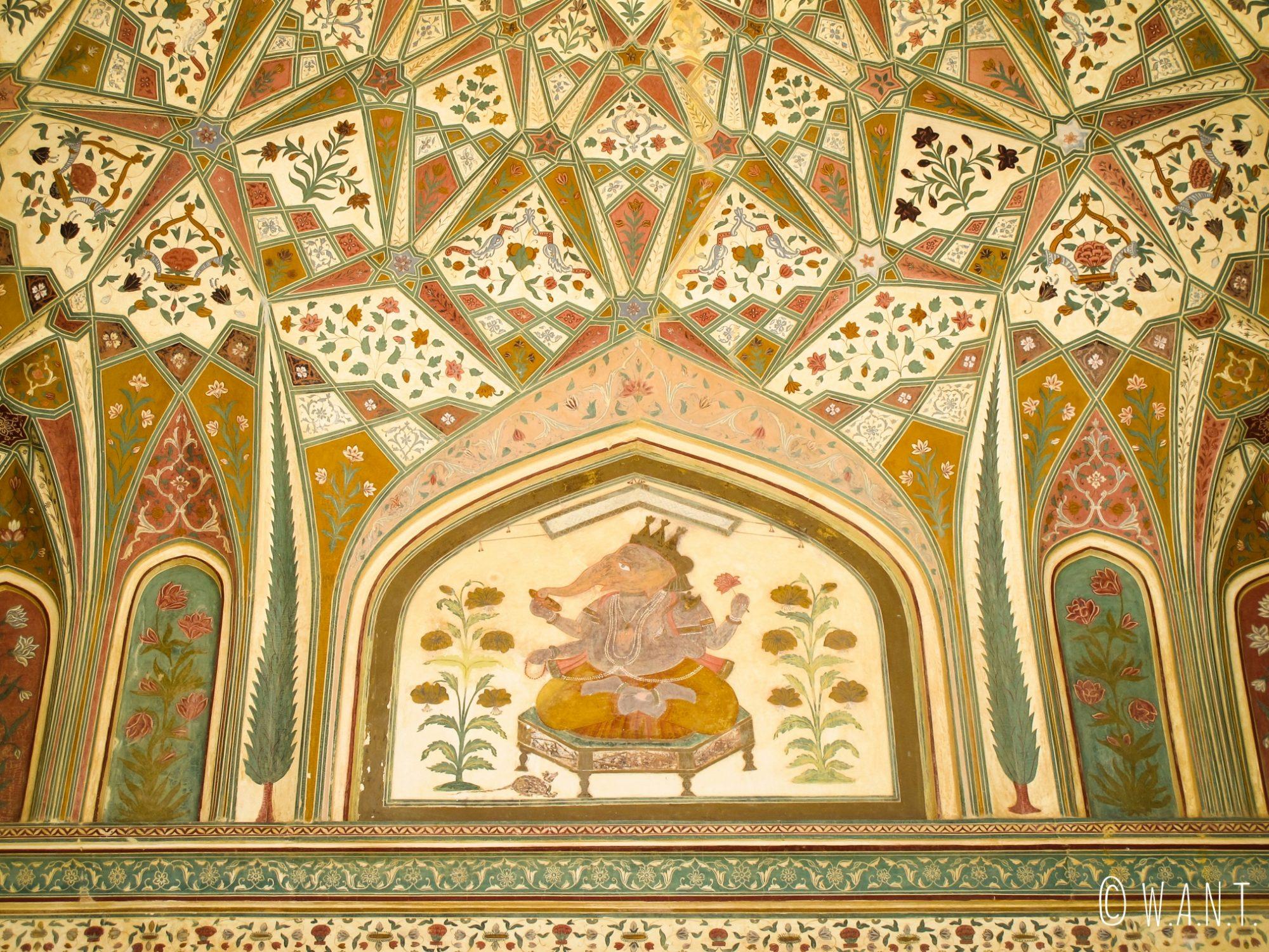 Magnifique fresque murale sur les murs du Fort d'Amber de Jaipur