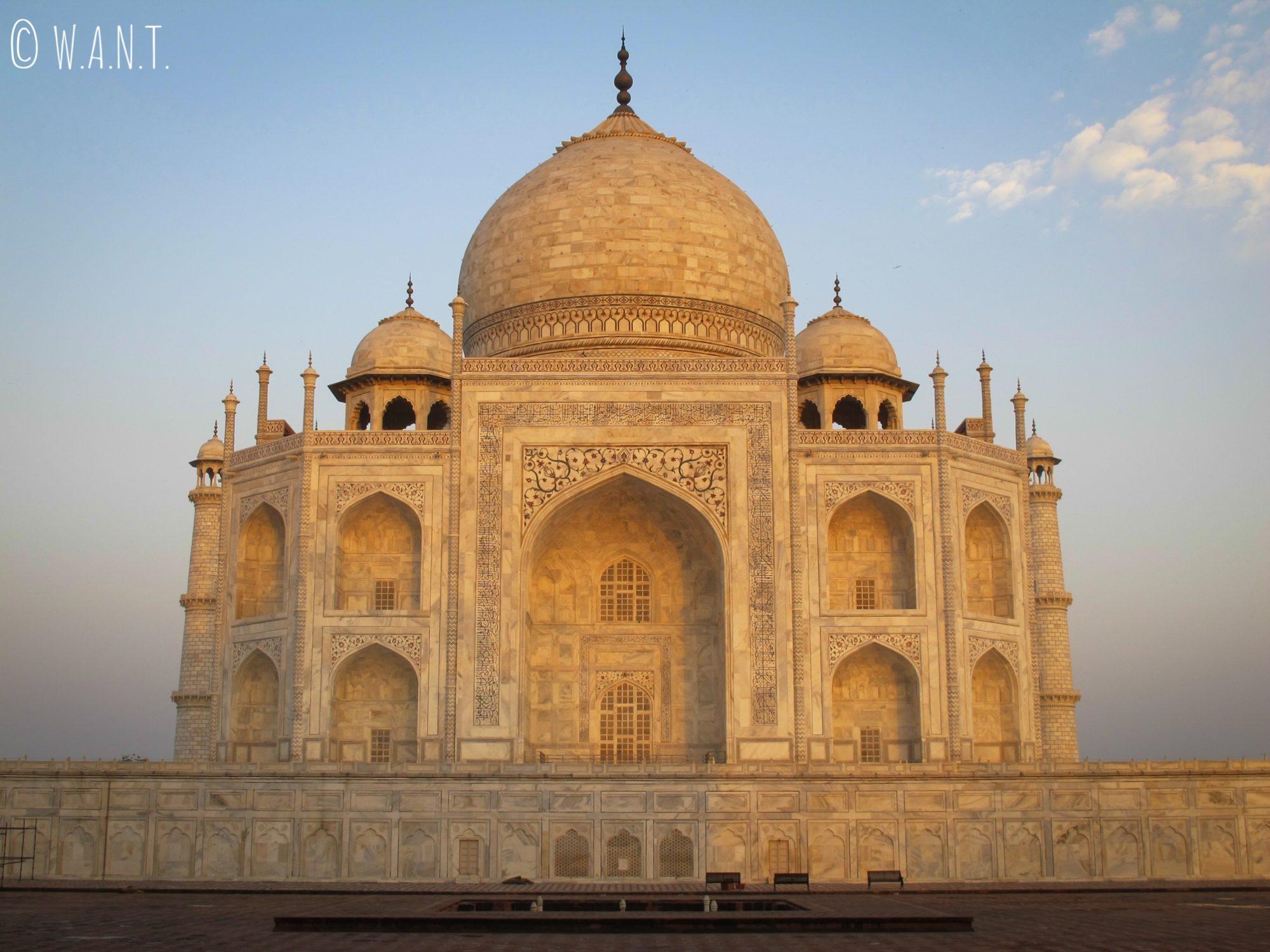 Magnifique lever du soleil sur la façade est du Taj Mahal