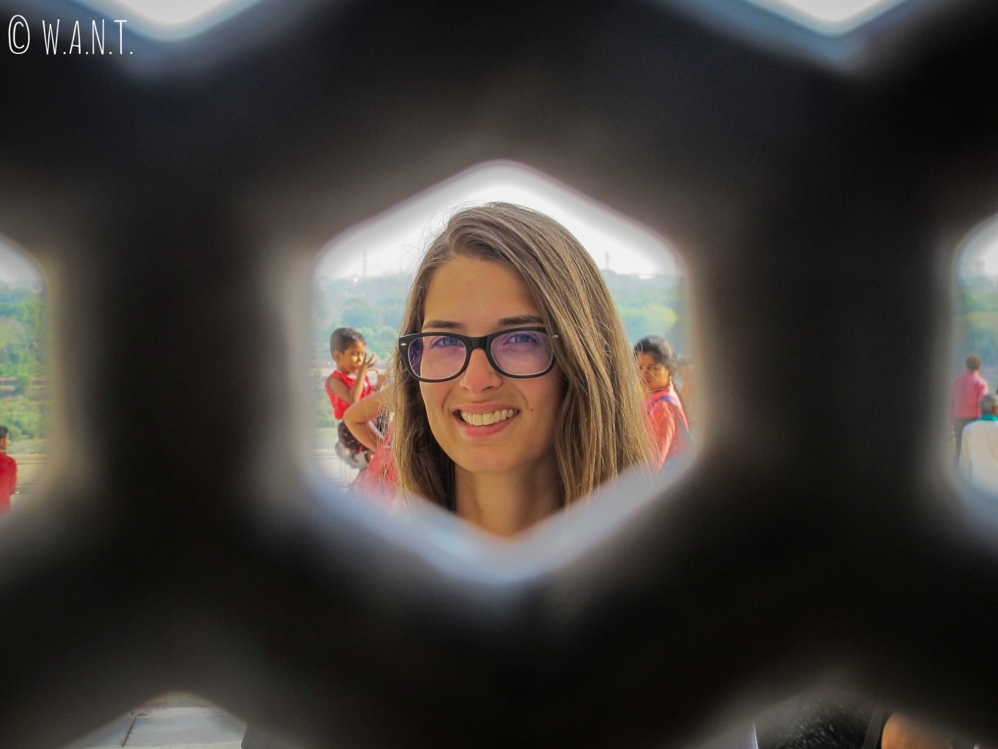 Marion a travers le trellis de pierres du Taj Mahal