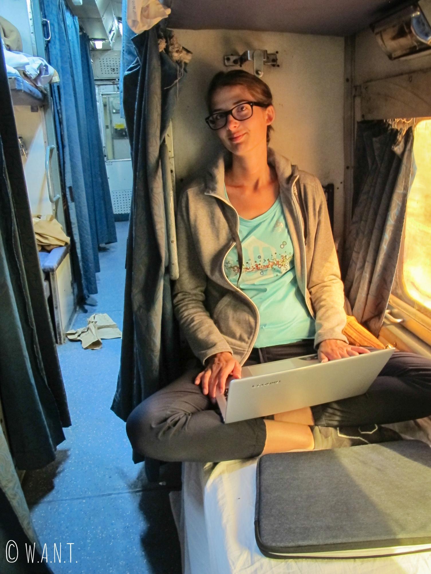 Marion profite du trajet en train pour avancer sur les articles du blog
