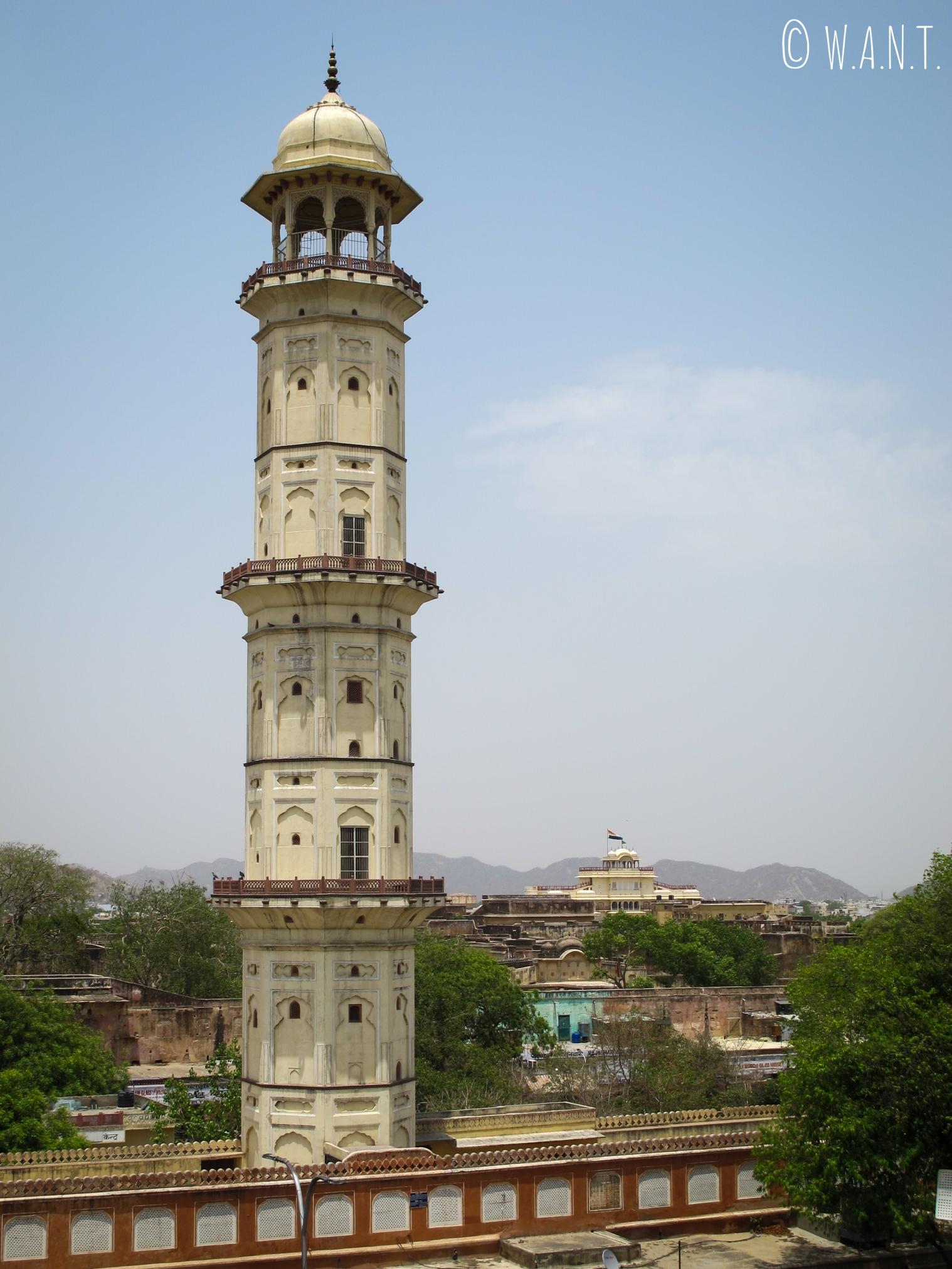 Minaret Iswari Minar Swag Sal et City Palace en arrière plan