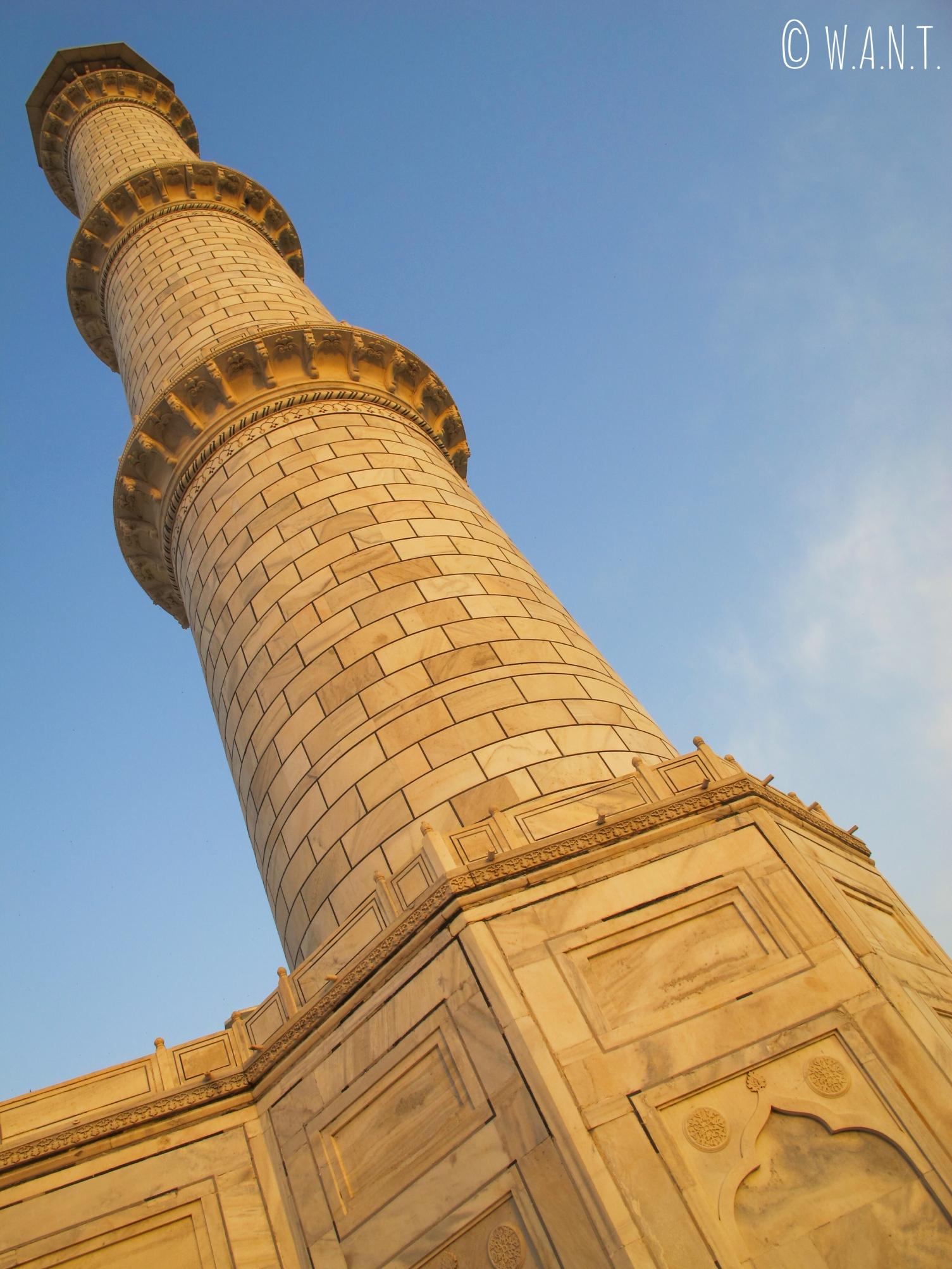 Minaret du Taj Mahal lors du lever du soleil