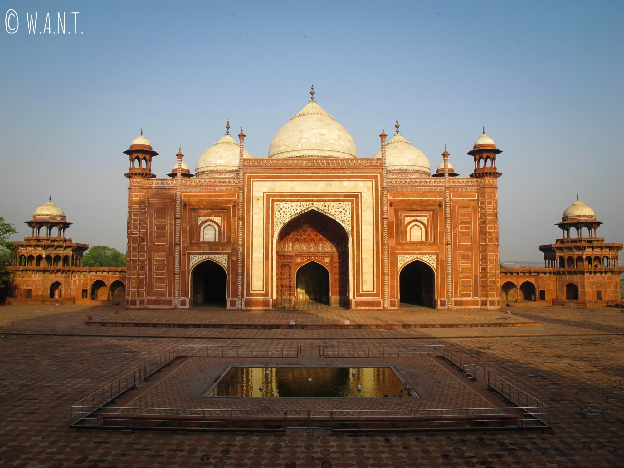 Mosquée faisant face à la façade ouest du Taj Mahal