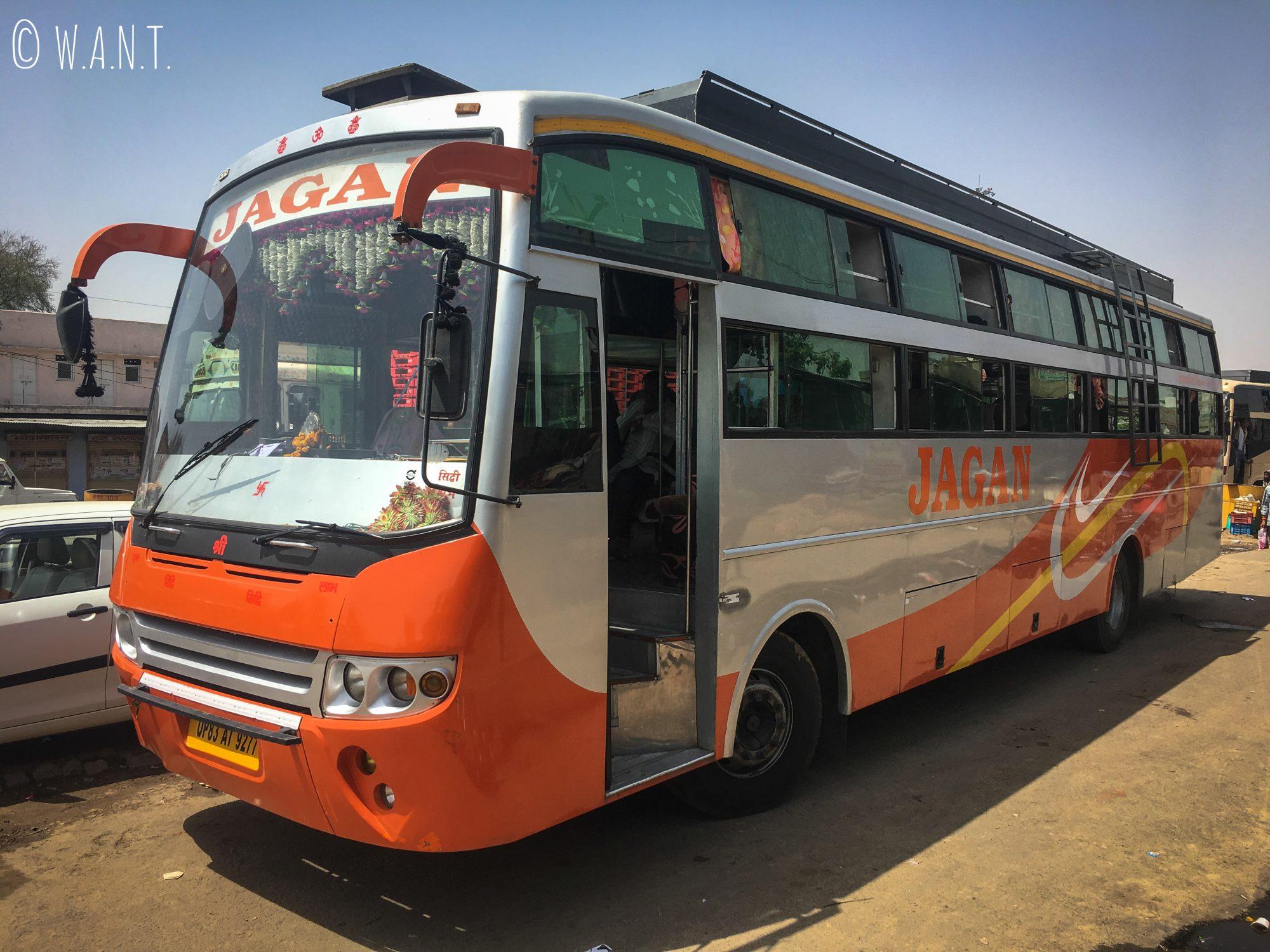Notre bus non-climatisé qui va nous emmener de Jaipur à Agra