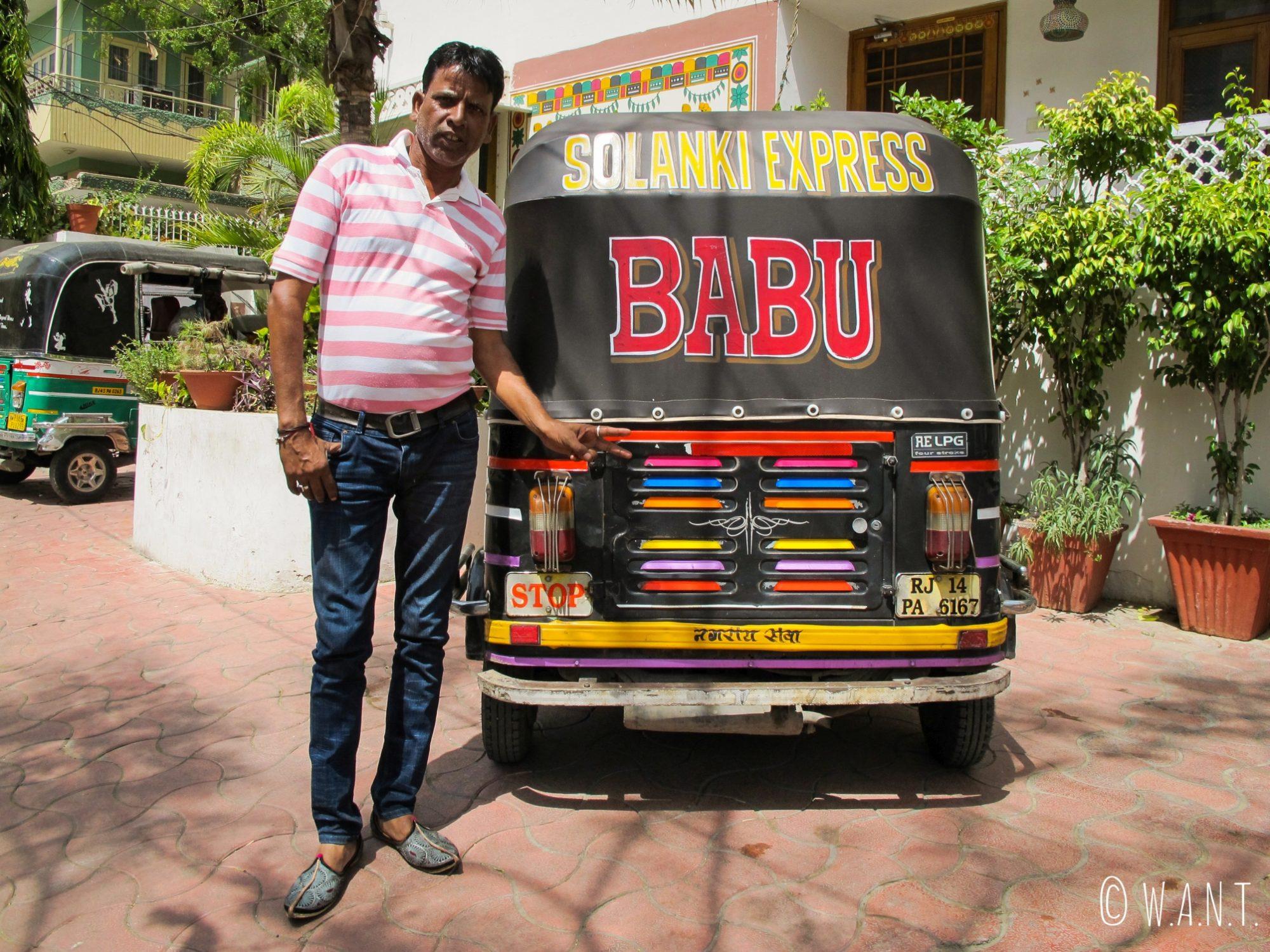 Notre chauffeur de rickshaw Babu prend la pause lors de notre journée d'excursion aux abords de Jaipur
