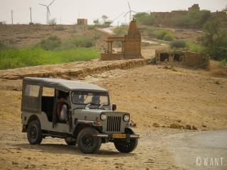 Notre véhicule est un Mahindra tout terrain pour se rendre aux portes du désert