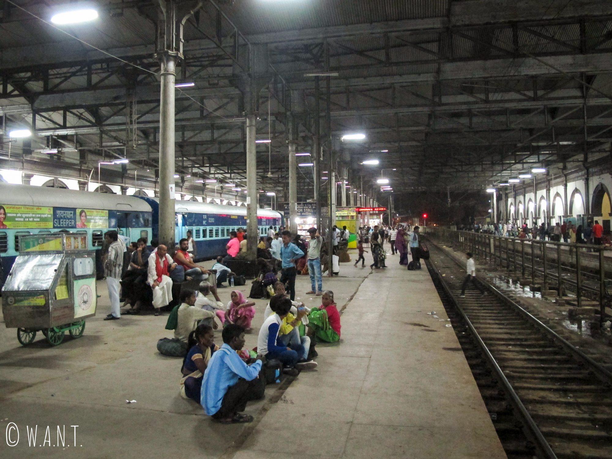 Nous sommes tous dans la même situation à la gare d'Agra Fort, nous attendons le train