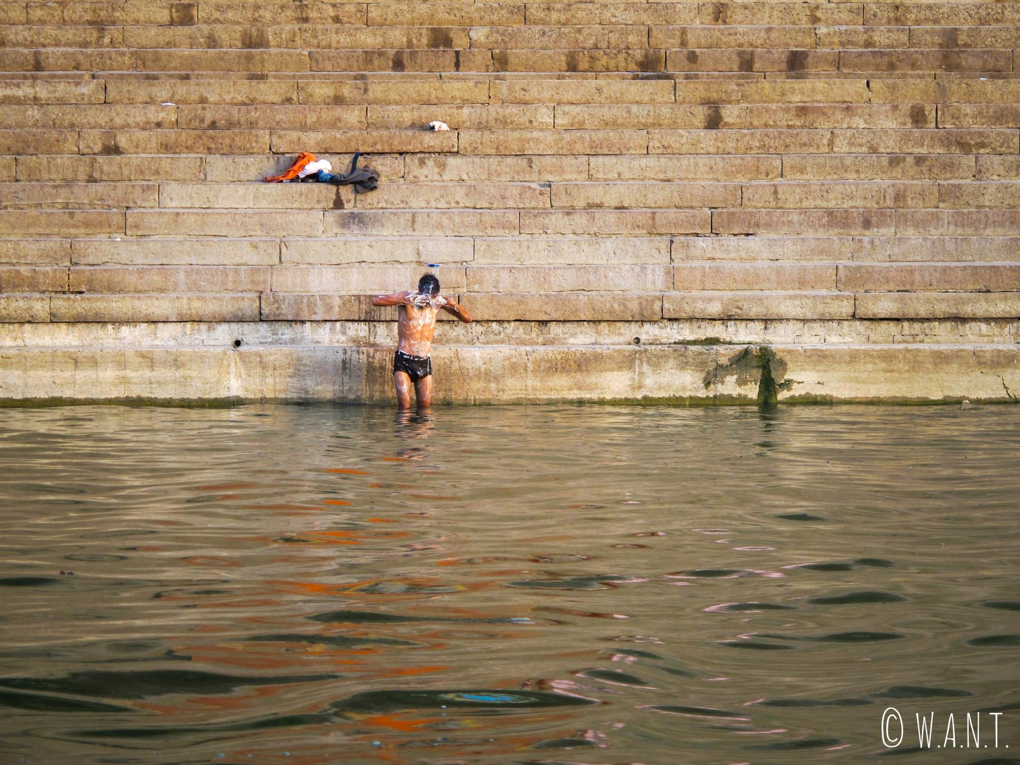 On ne fait pas que laver ses péchés dans le Gange, on y fait parfois simplement sa toilette