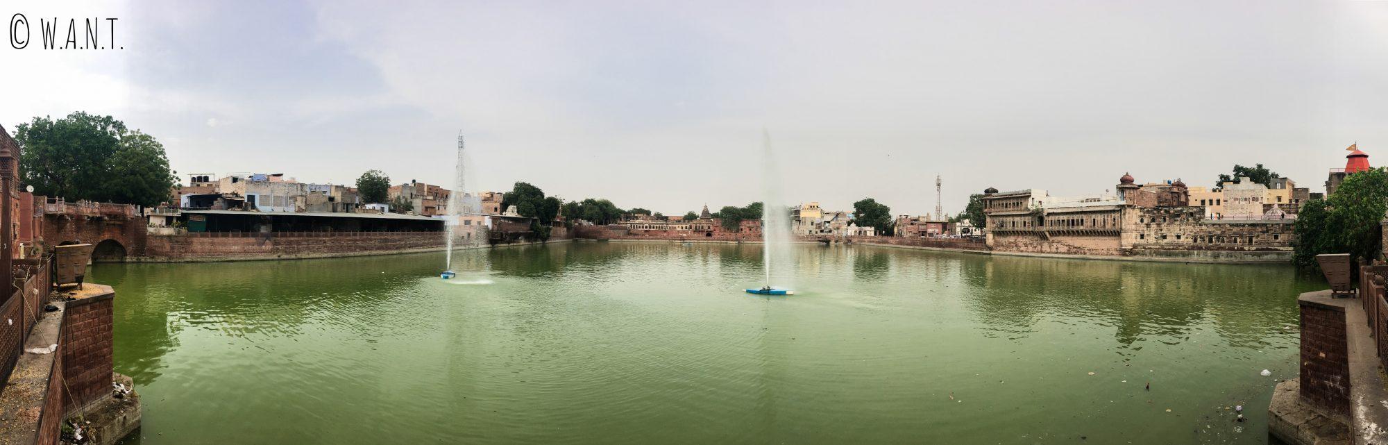 Panorama du réservoir d'eau Gulab Sagar Talab dans la vieille ville de Jodhpur