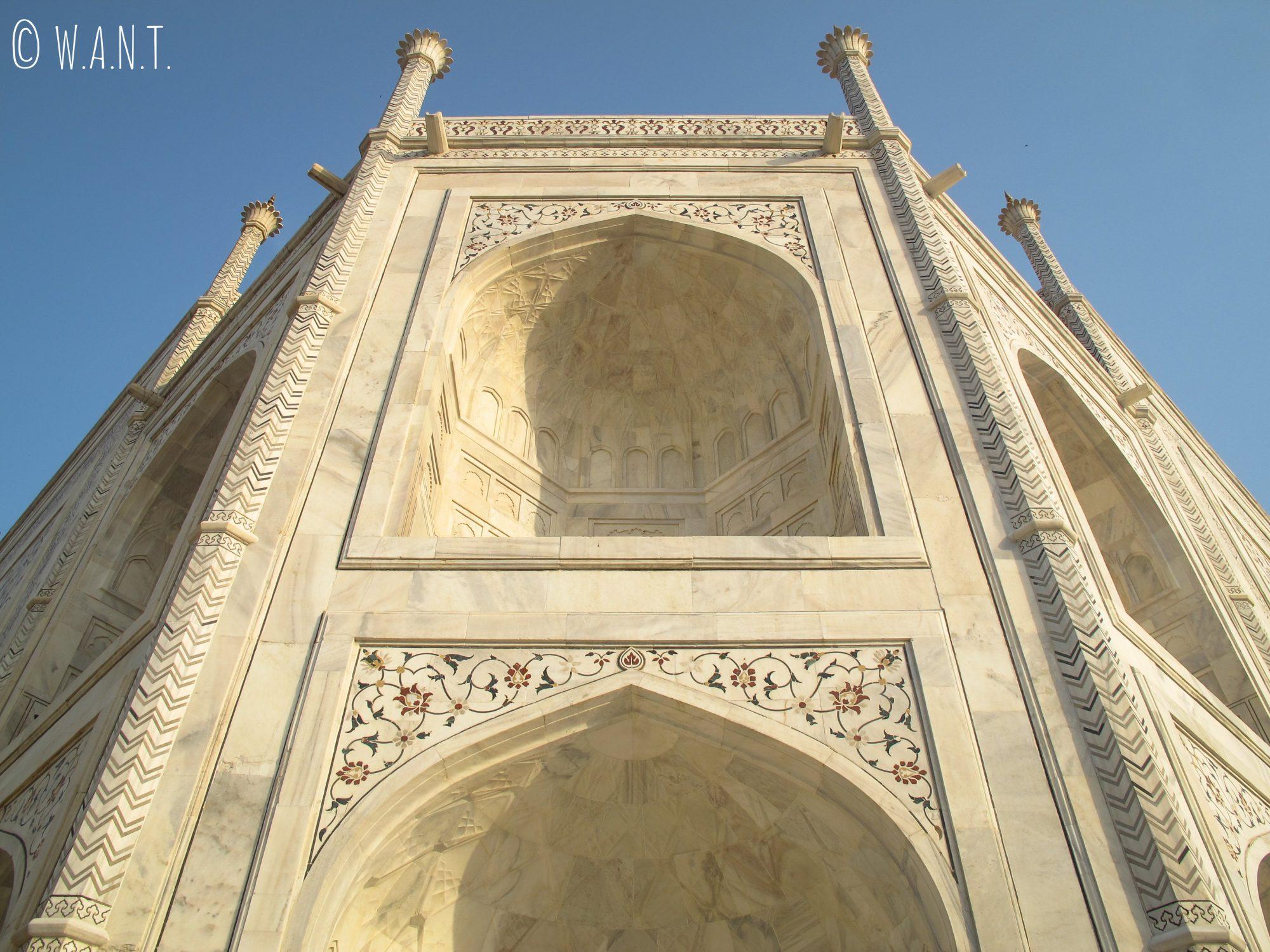 Perspective en contrebas de l'angle du Taj Mahal