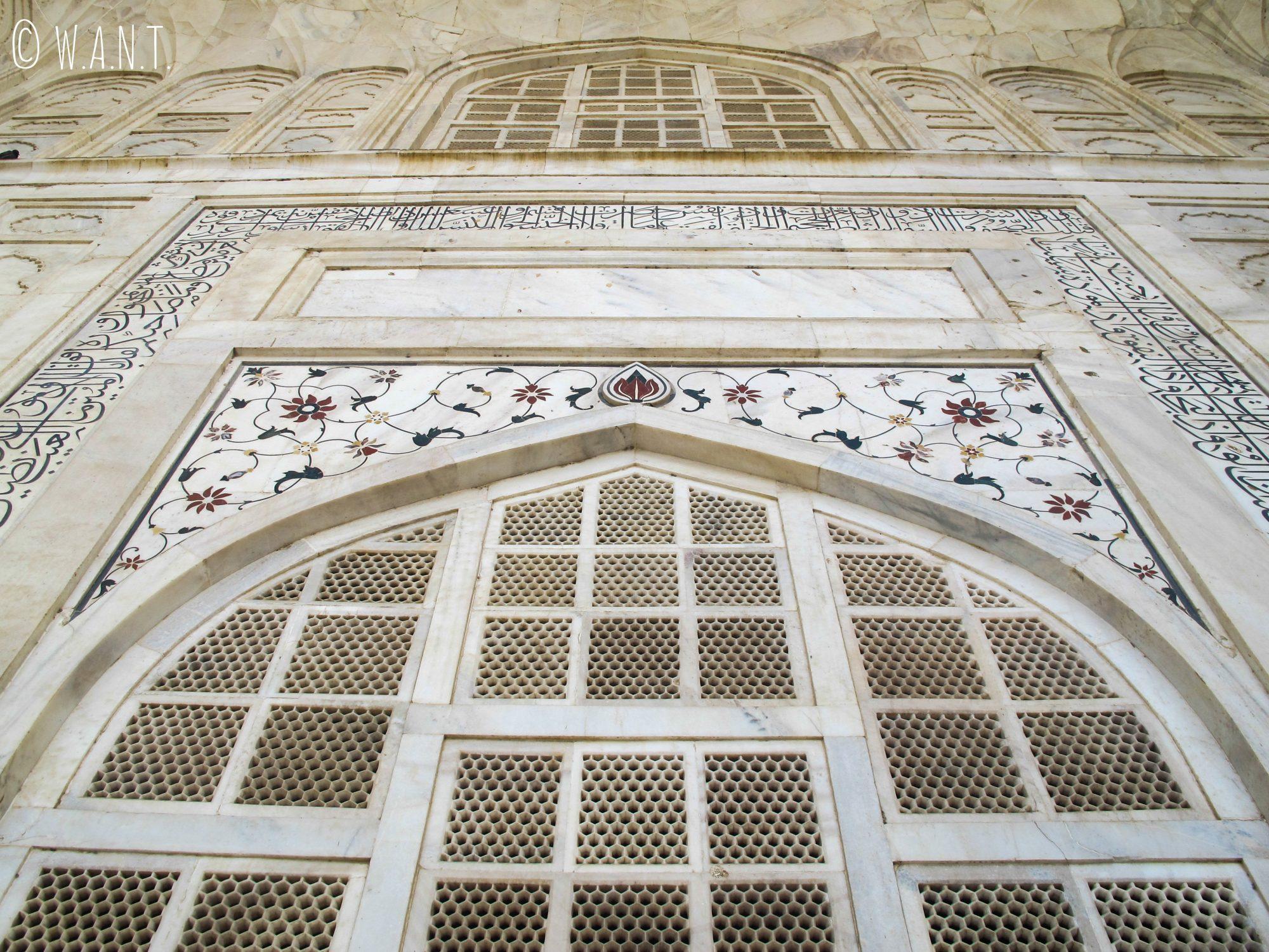 Perspective en contrebas de l'entrée du mausolée du Taj Mahal
