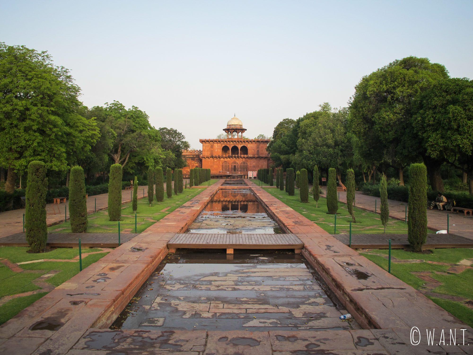 Perspective sur le Musée du Taj Mahal depuis le bassin central