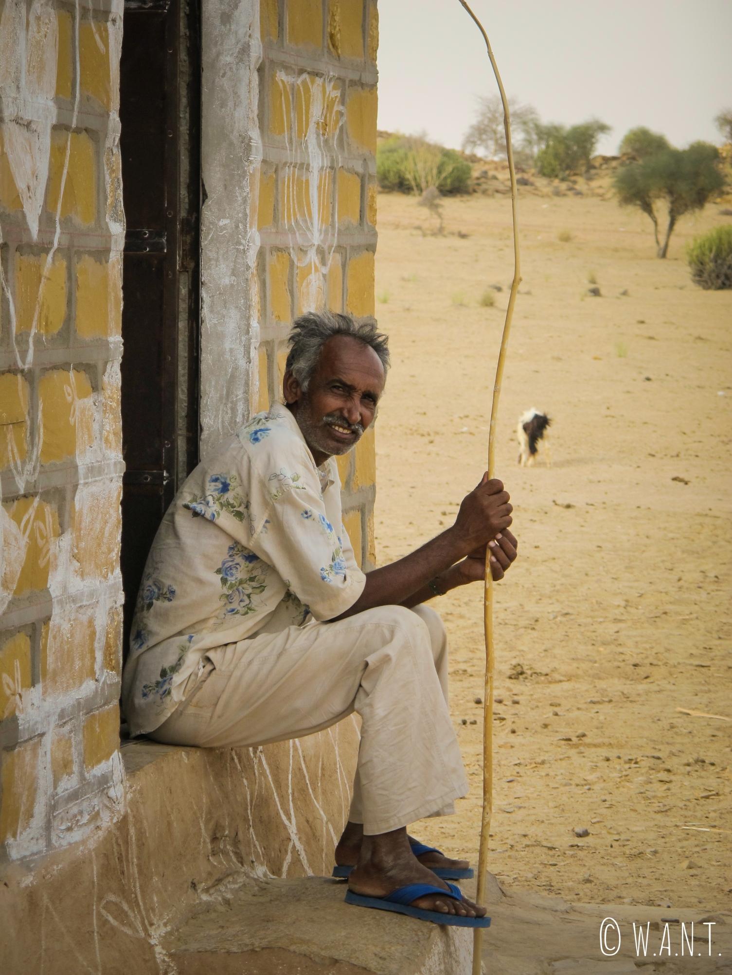 Petit arrêt dans le village de Barna, où cet homme surveille ses chèvres comme l'eau sur le feu