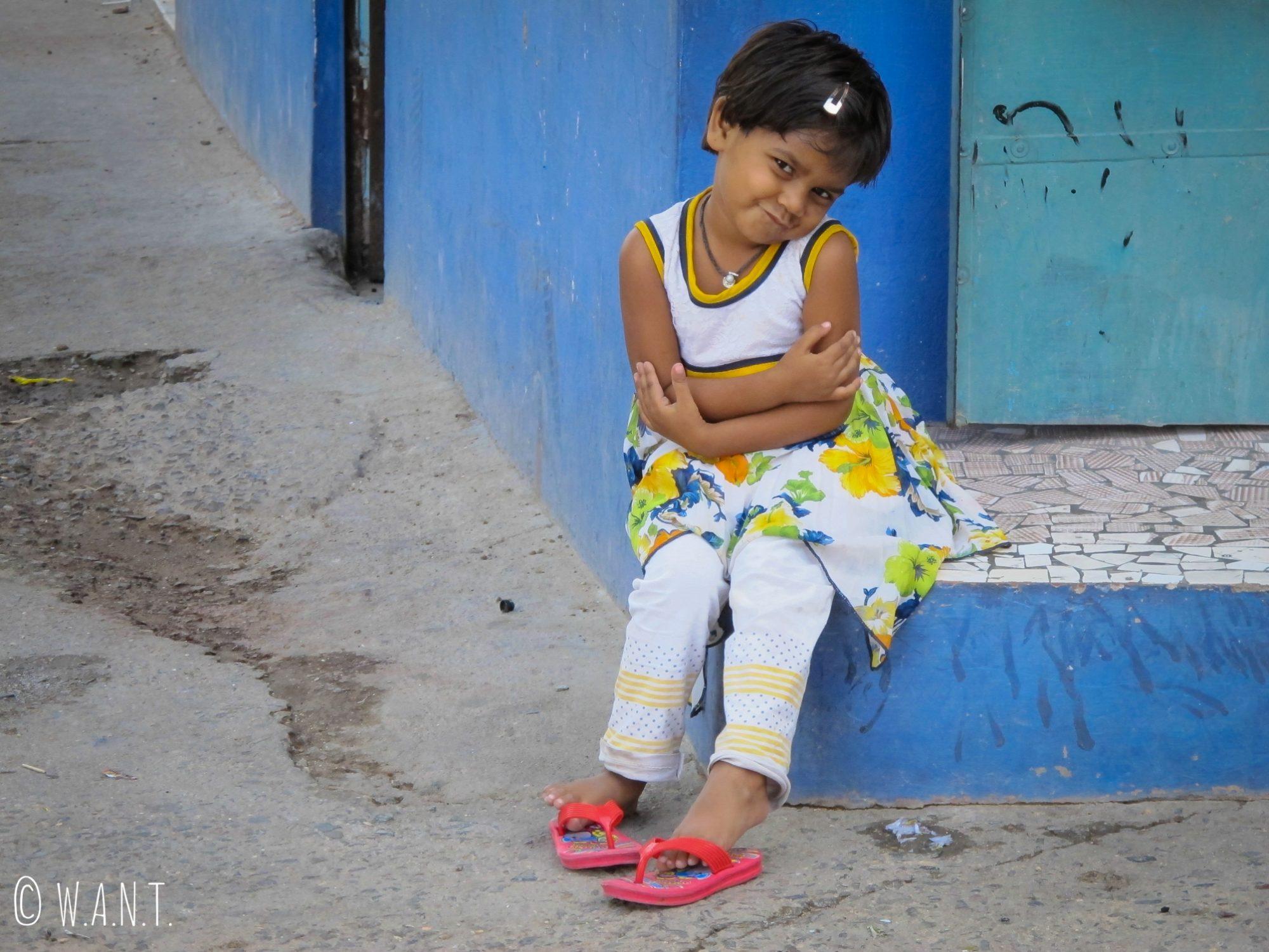 Petite fille prenant la pose sous l'objectif de Benjamin dans les rues de Jodhpur