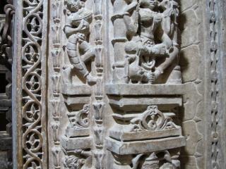Pilier sculpté à l'intérieur d'un temple Jain du fort de Jaisalmer