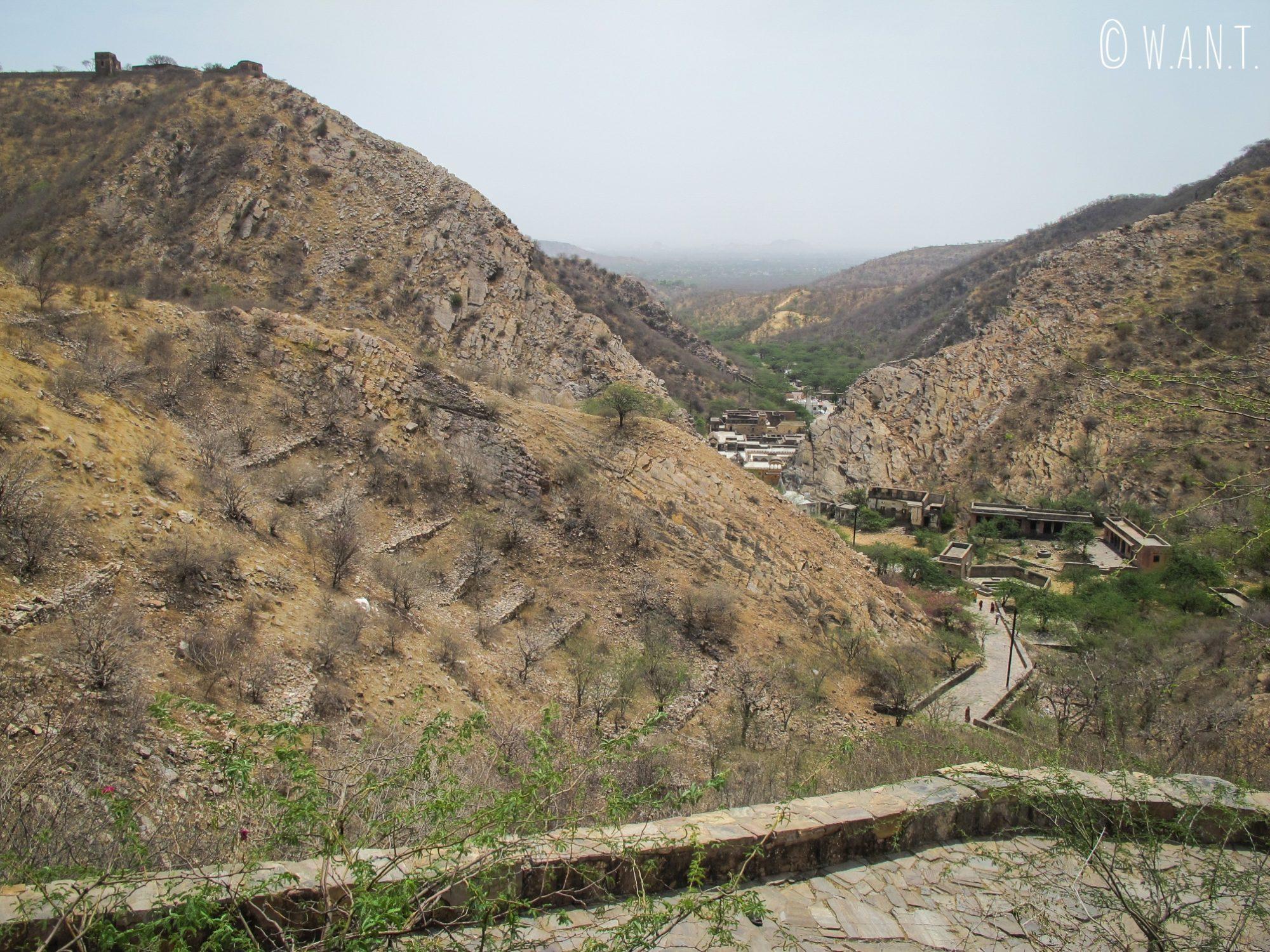 Pour accéder au Monkey temple par la façade avant, il faut grimper puis redescendre à travers la colline