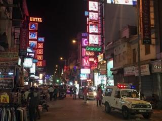 Premier pas dans Delhi et traversée de Main Bazar Road, paradis du shopping pour les BackPackers