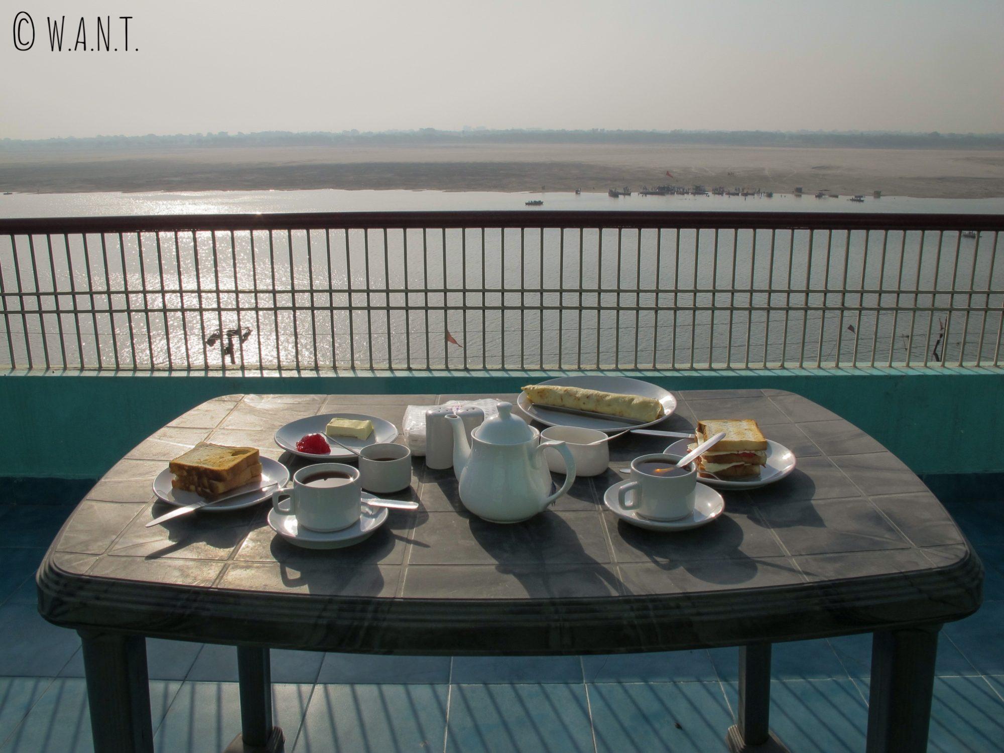 Rien de tel pour commencer une bonne journée à Varanasi qu'un petit-déjeuner avec vue sur le Gange