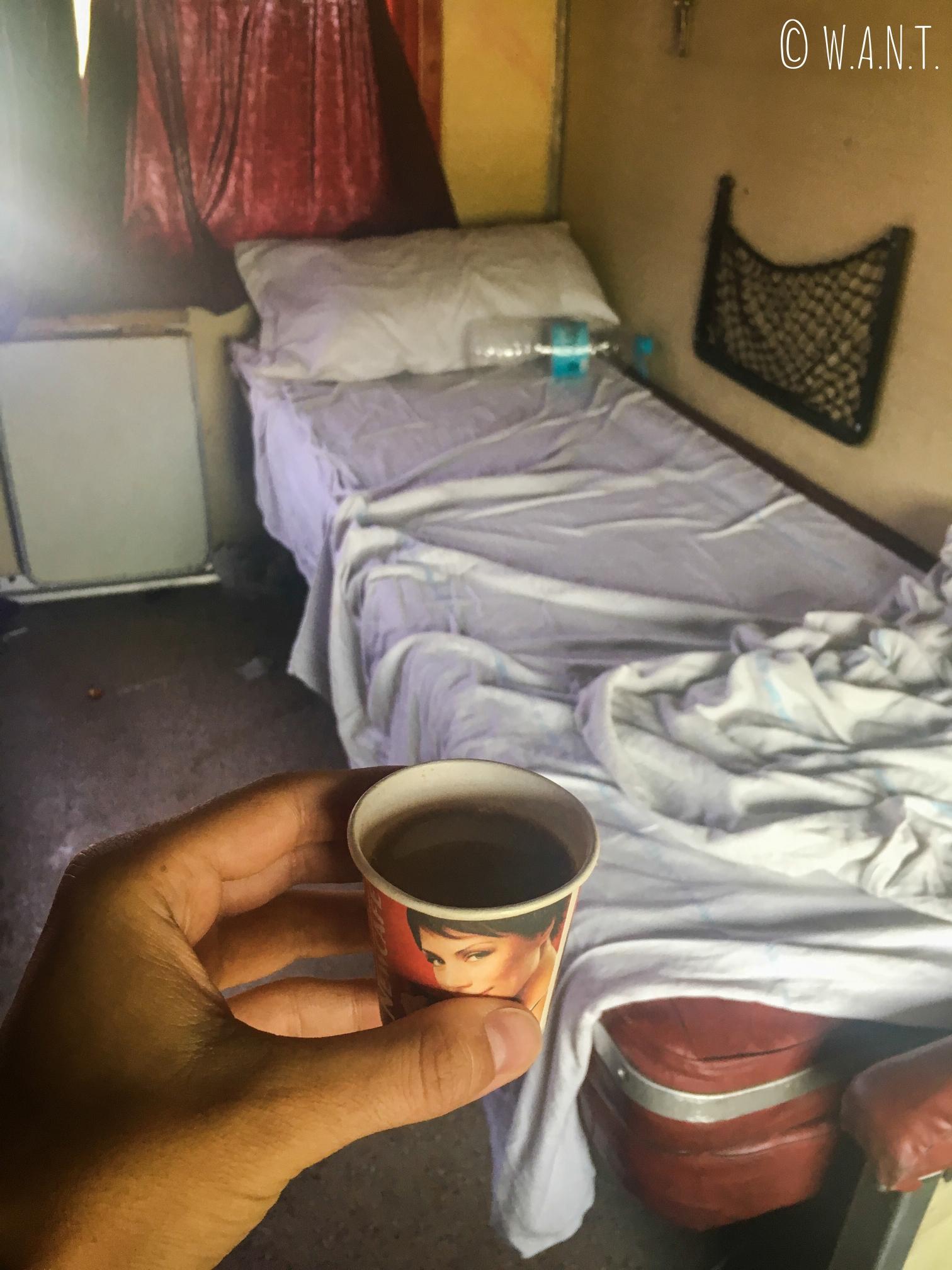 Rien de tel qu'un Chai Masala tea après une nuit passée dans le train entre Agra et Varanasi