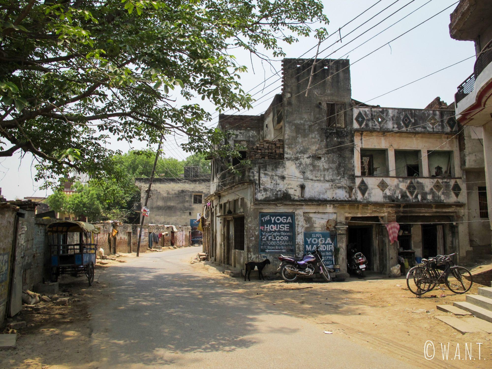 Rue aux abords du Assi ghat situé au sud de Varanasi